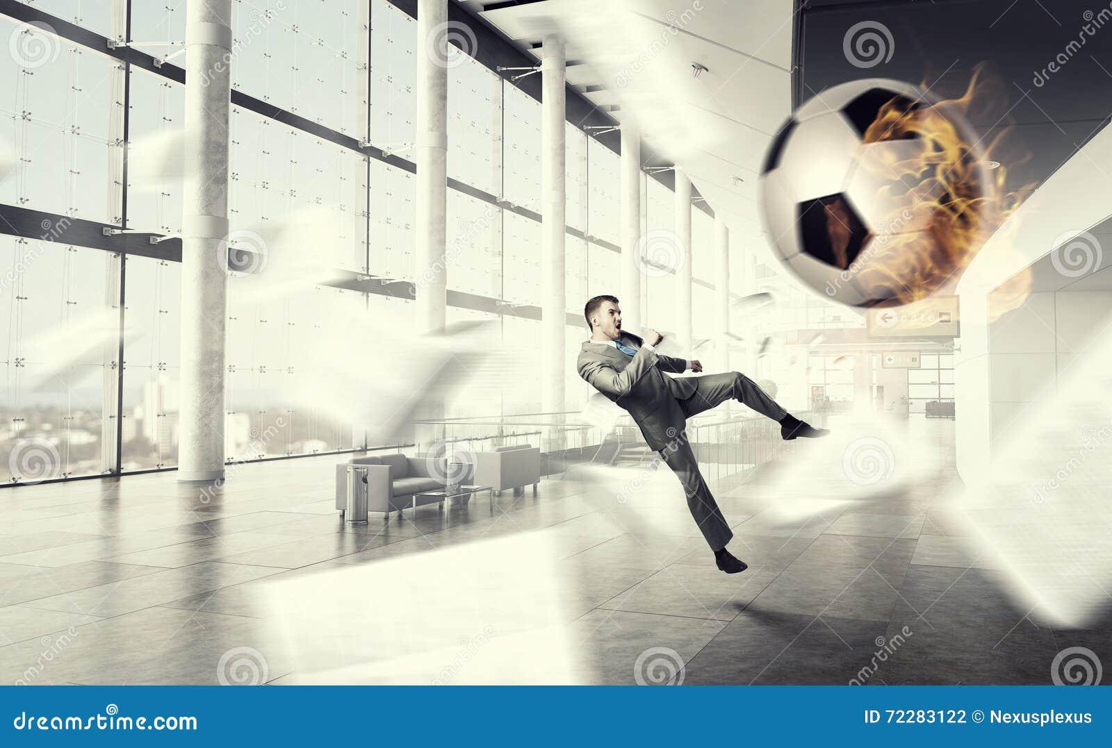 Download Играть шарик в офисе стоковое фото. изображение насчитывающей галстук - 72283122