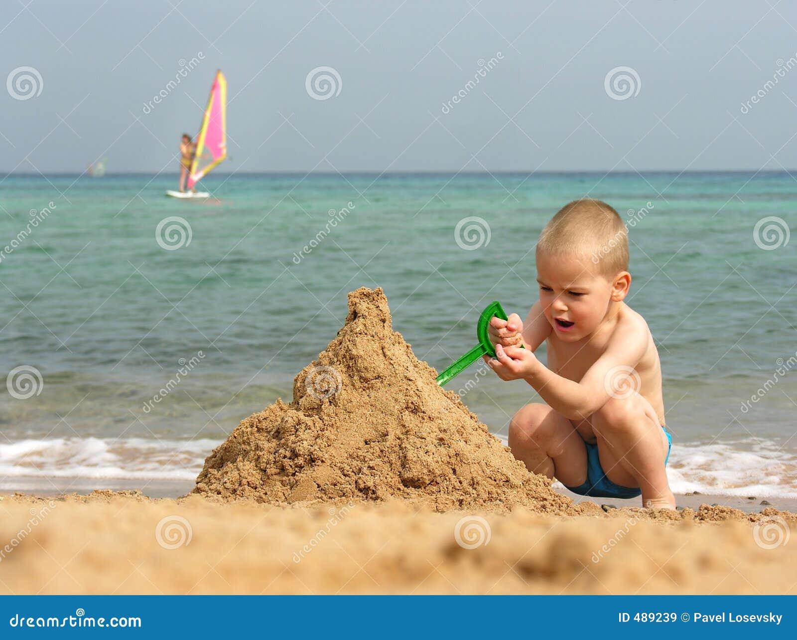 игра малыша пляжа
