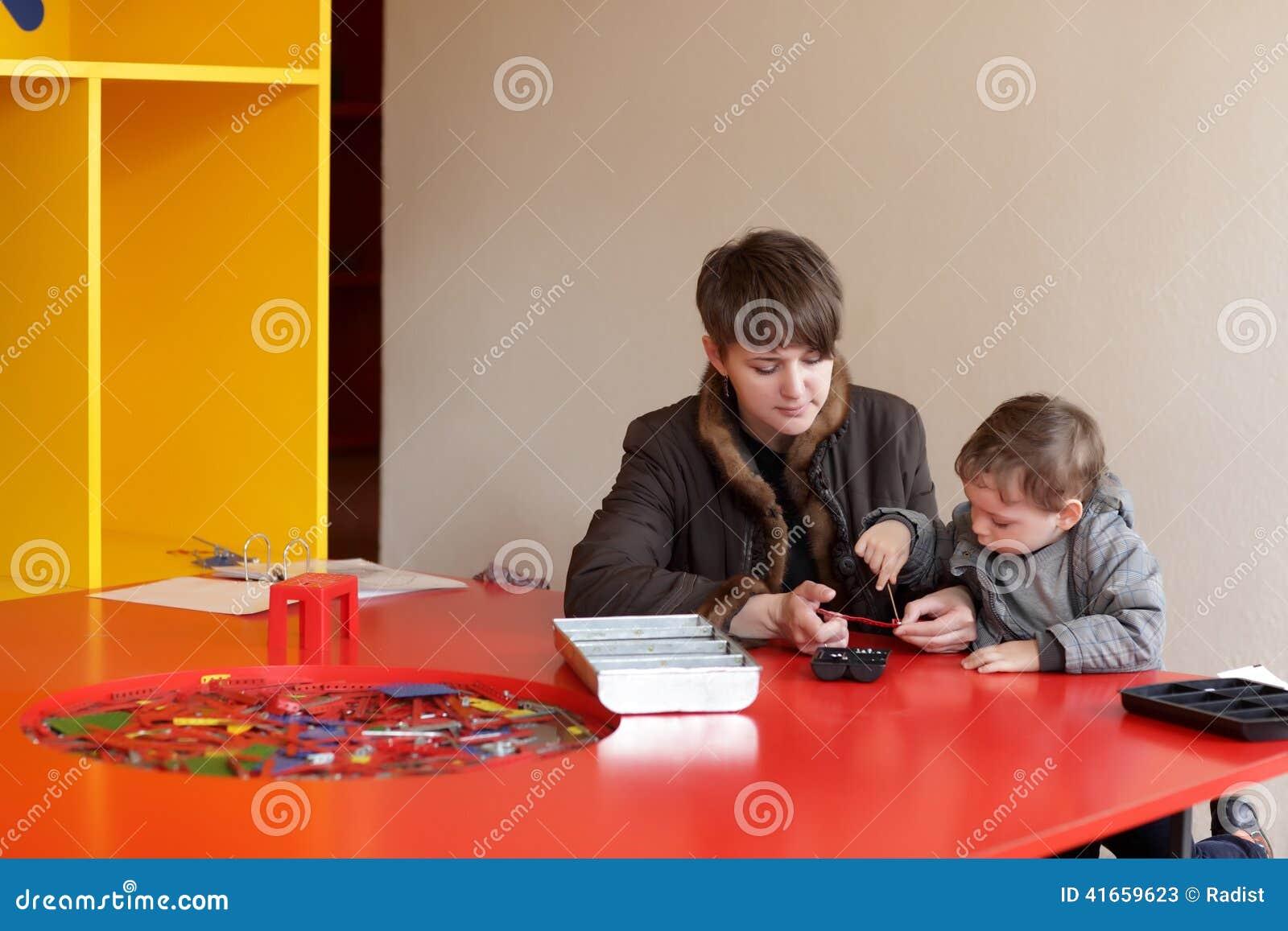 Игра матери и сына с комплектом конструкции