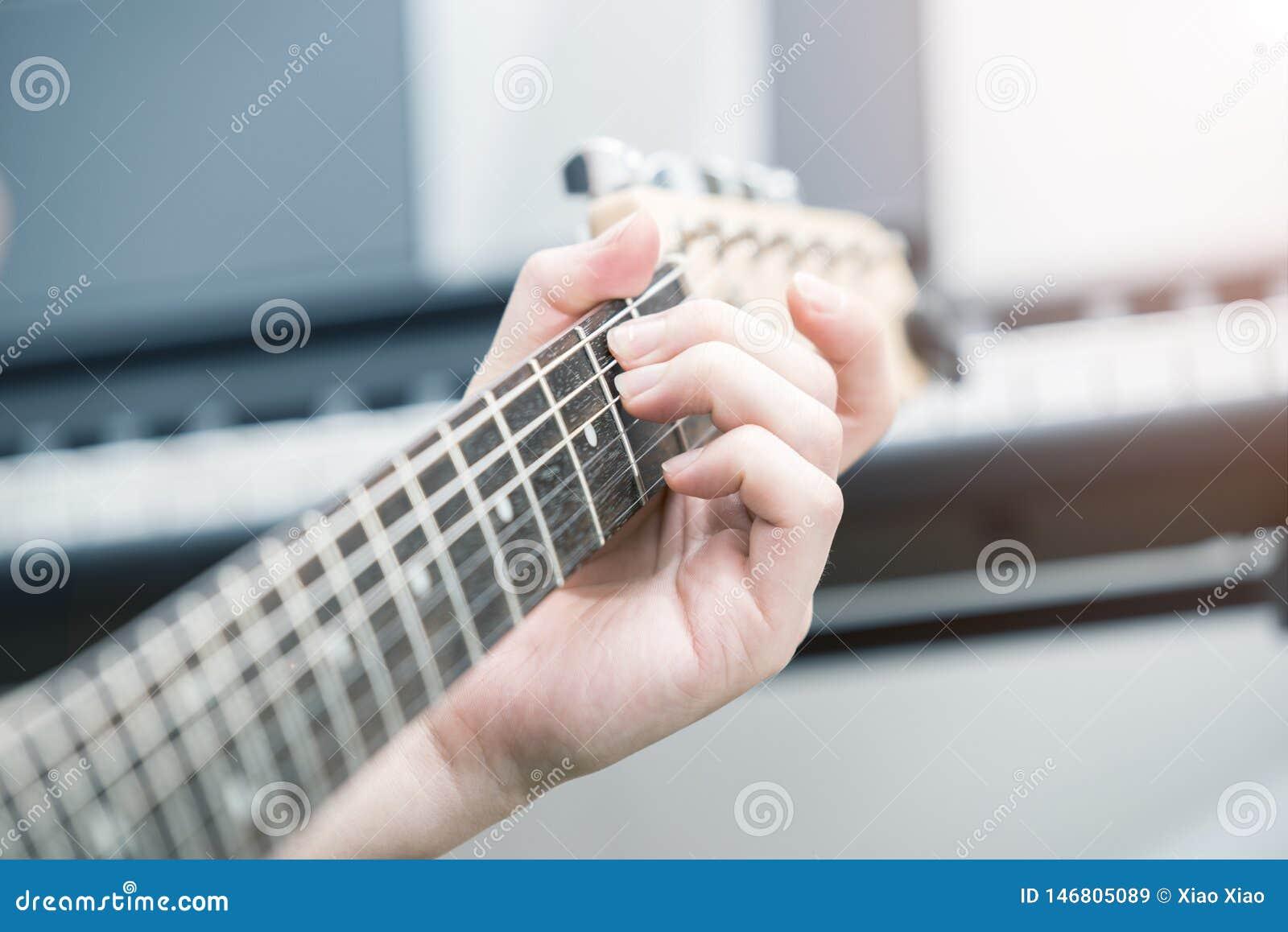 Игра электрической гитары