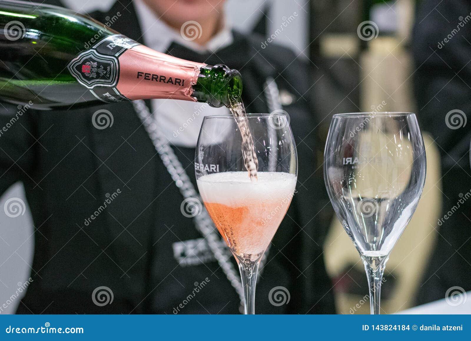 Игристое вино женского сомелье служа