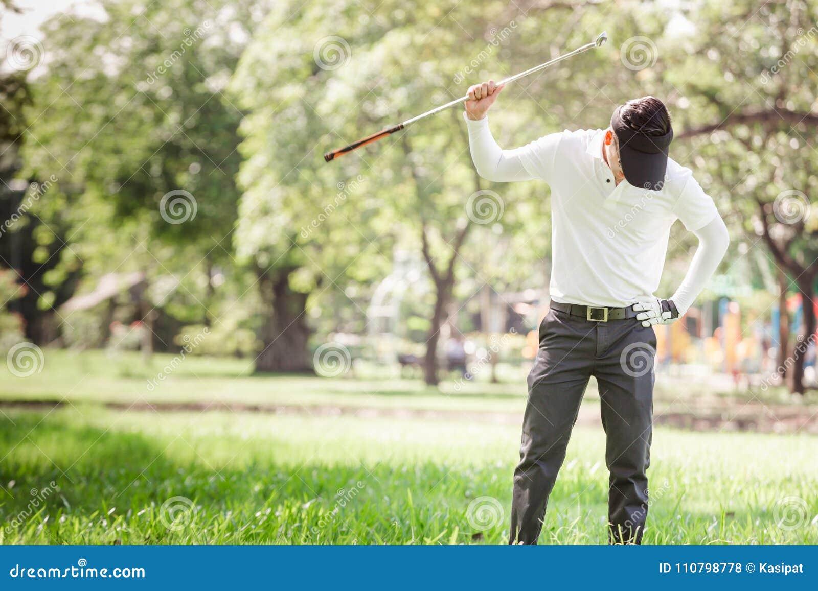 Игрок в гольф азиатских людей сердитый