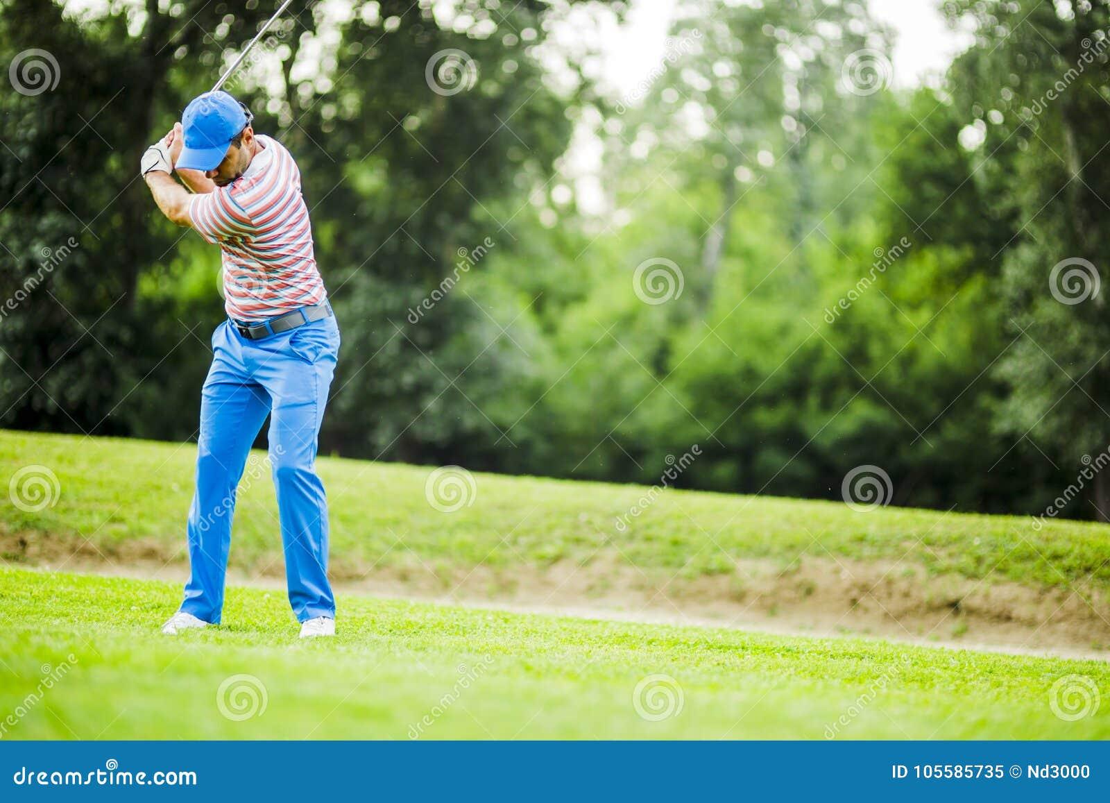 Игрок в гольф практикуя и концентрируя перед и после съемкой