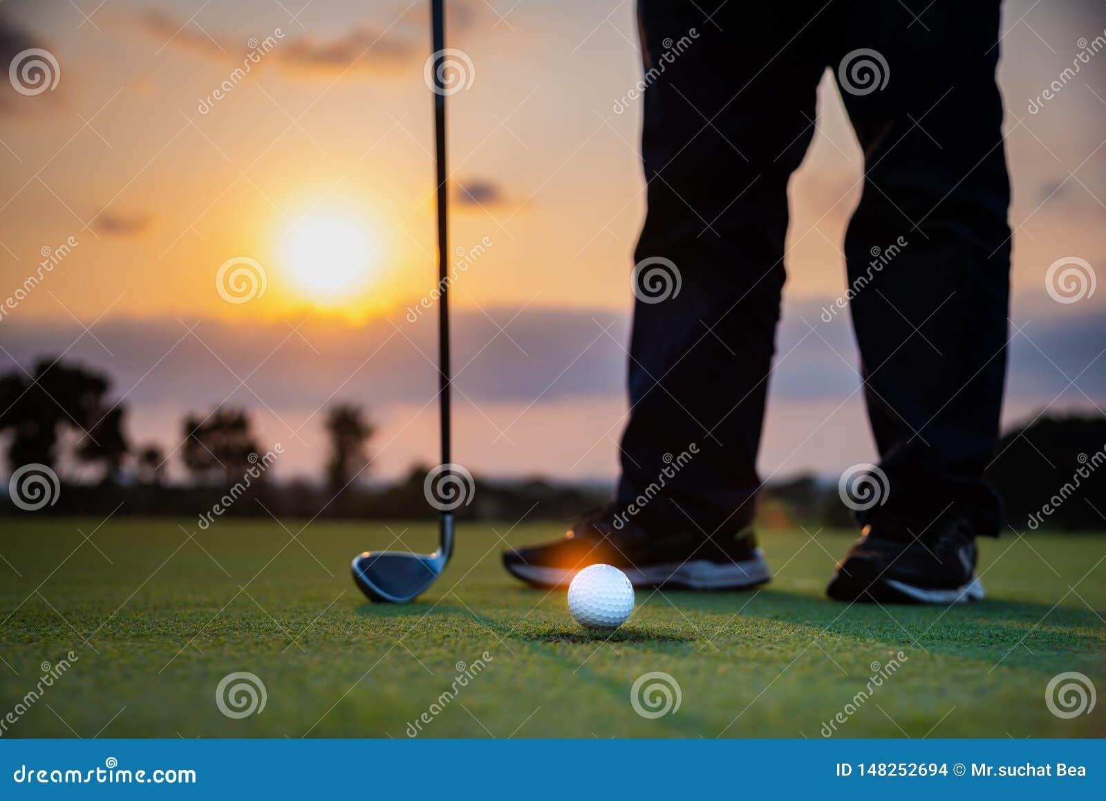 Игрок в гольф teeing с шара для игры в гольф гольф-клубом от игры конкуренции гольфа тройника