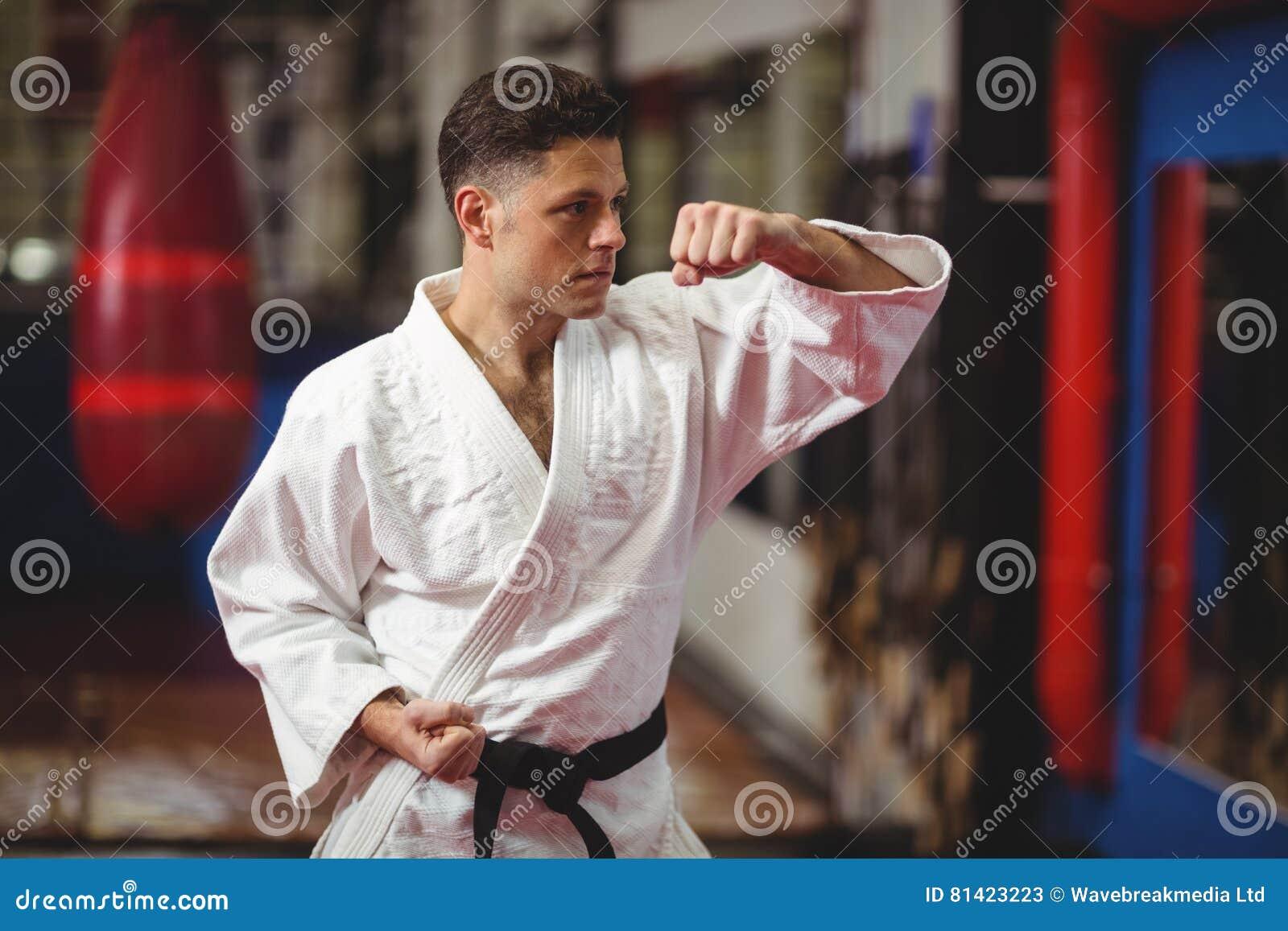 Игрок карате выполняя позицию карате