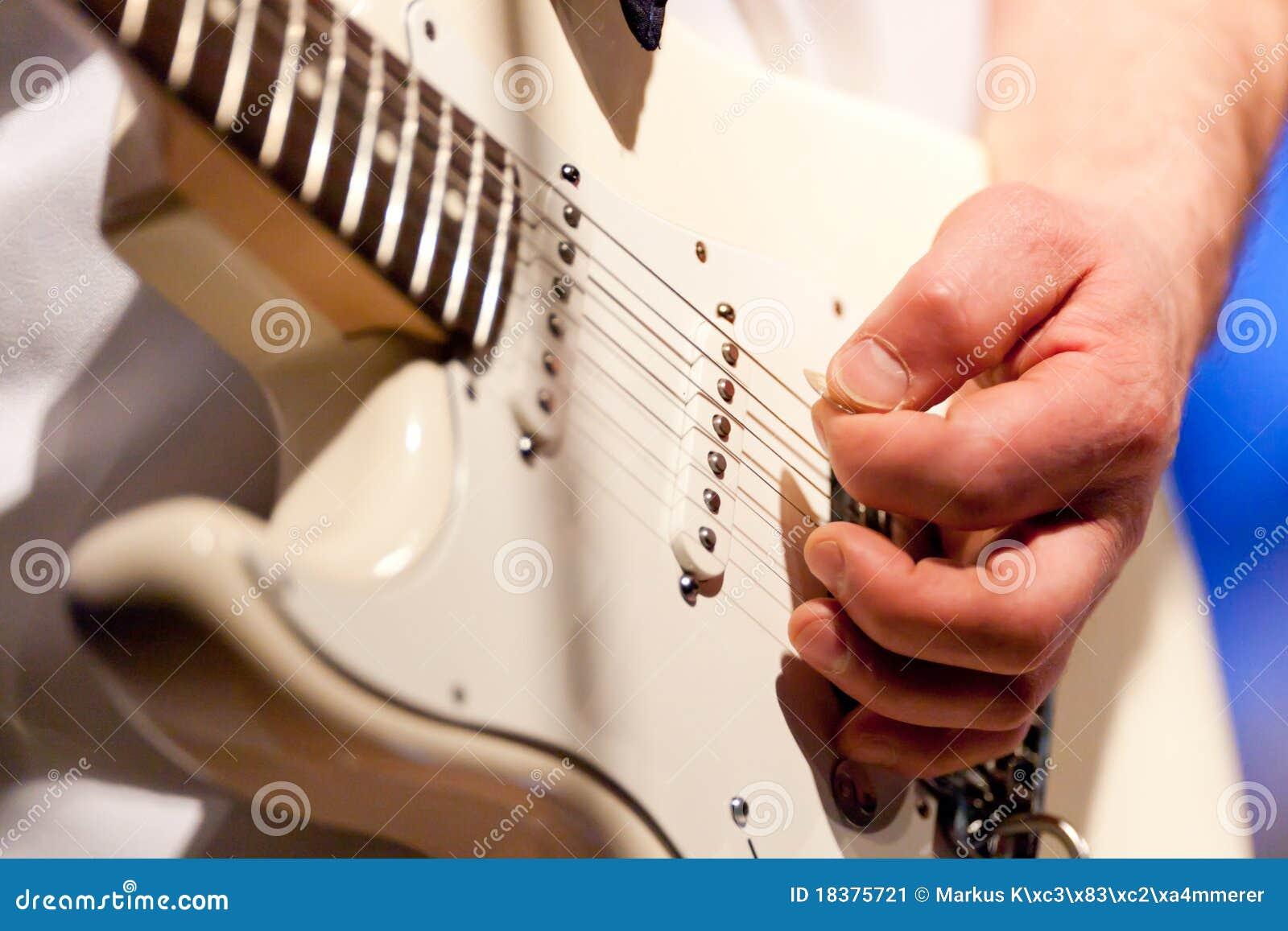 игрок руки гитары
