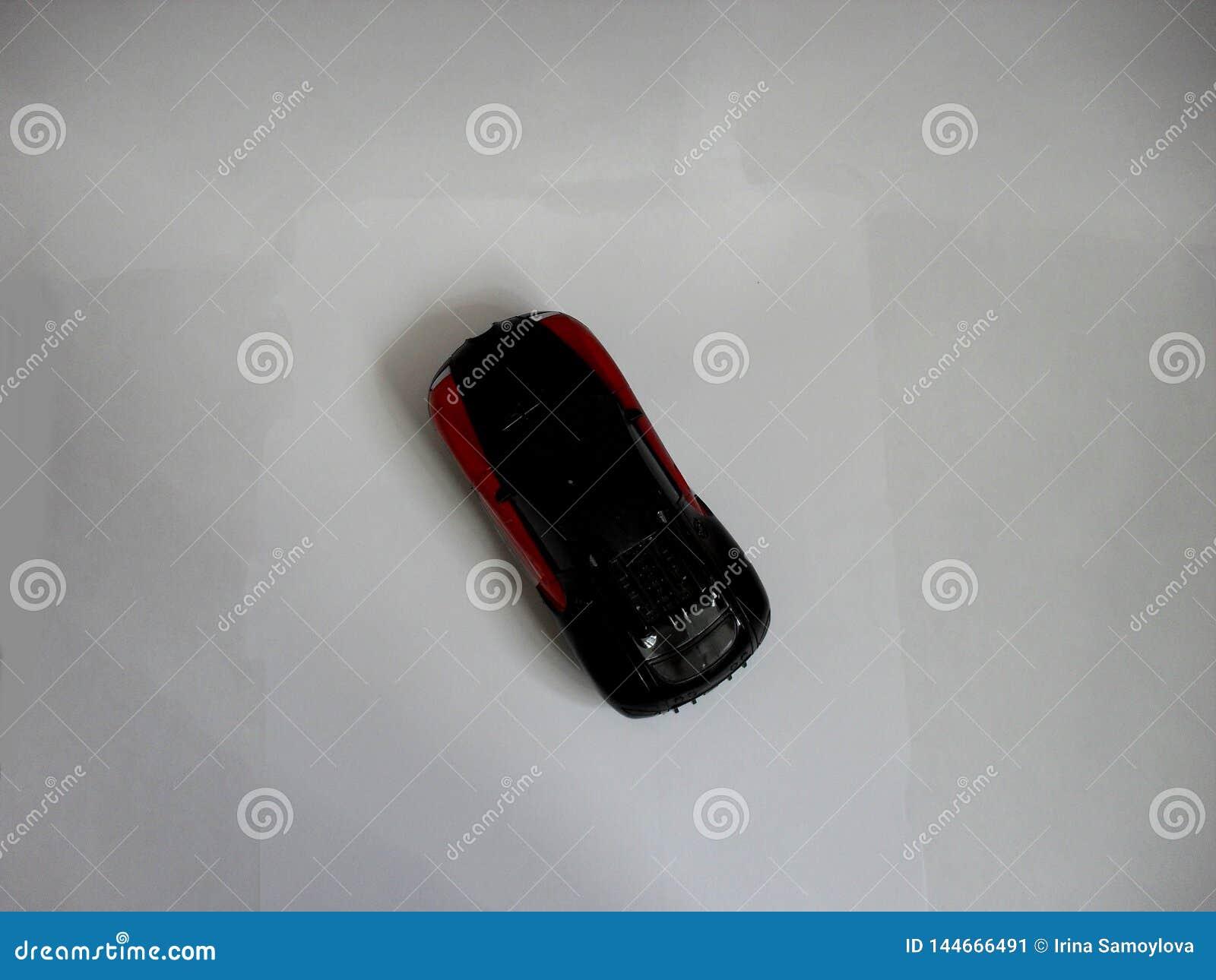 Игрушка автомобиля на белизне