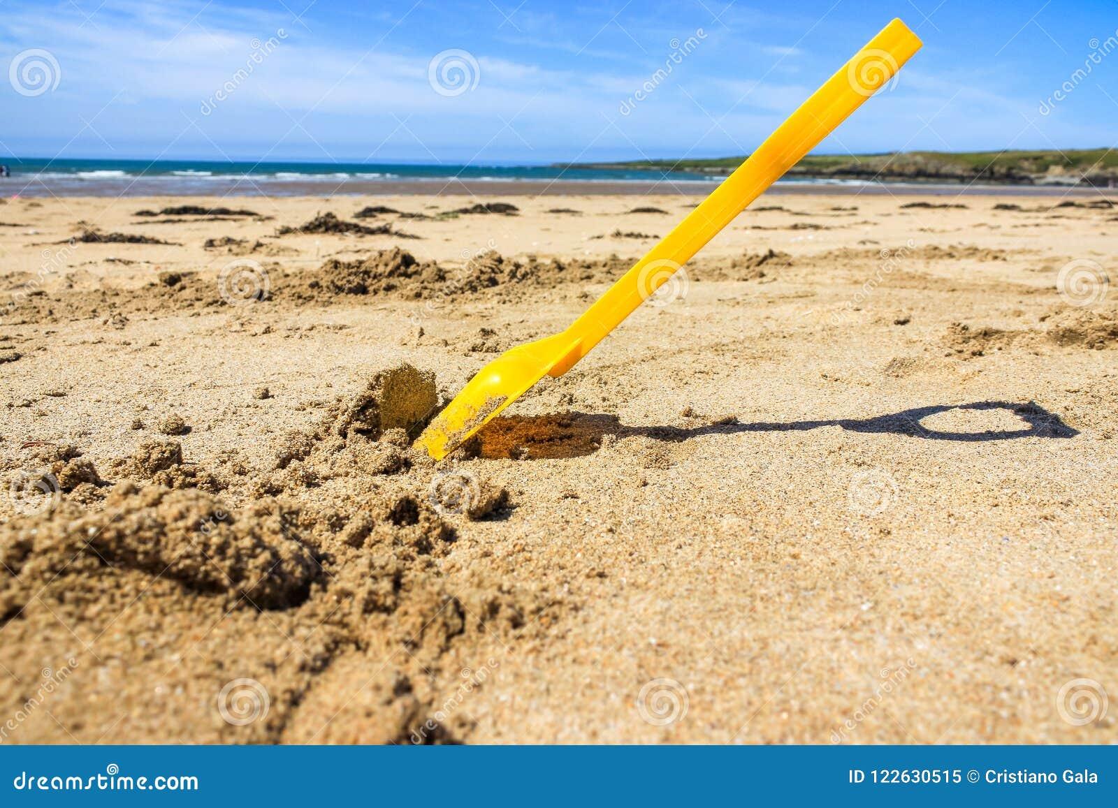 Игрушка лопаты, пляж Уэльса Великобритании