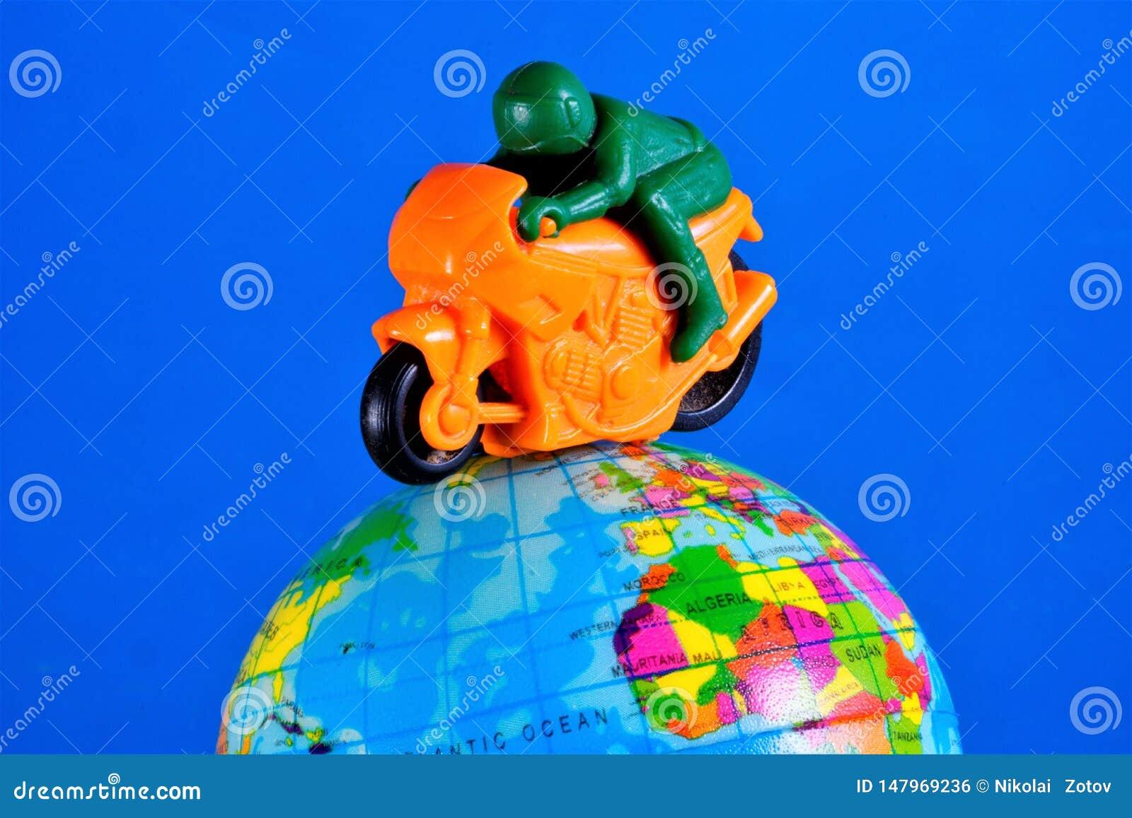 Игрушка мотоцикла с ездами гонщика мотоцикла на глобусе земли Мотоцикл, который 2-катят корабль с механическим