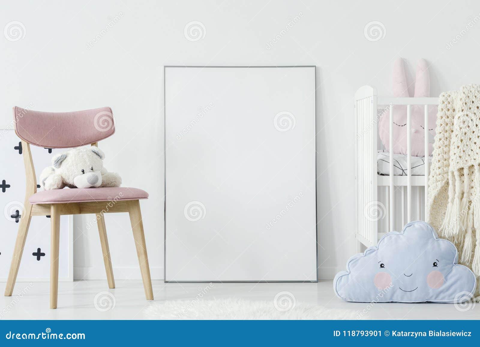 Игрушка плюша на розовом стуле и голубая подушка в интерьере комнаты ` s ребенка