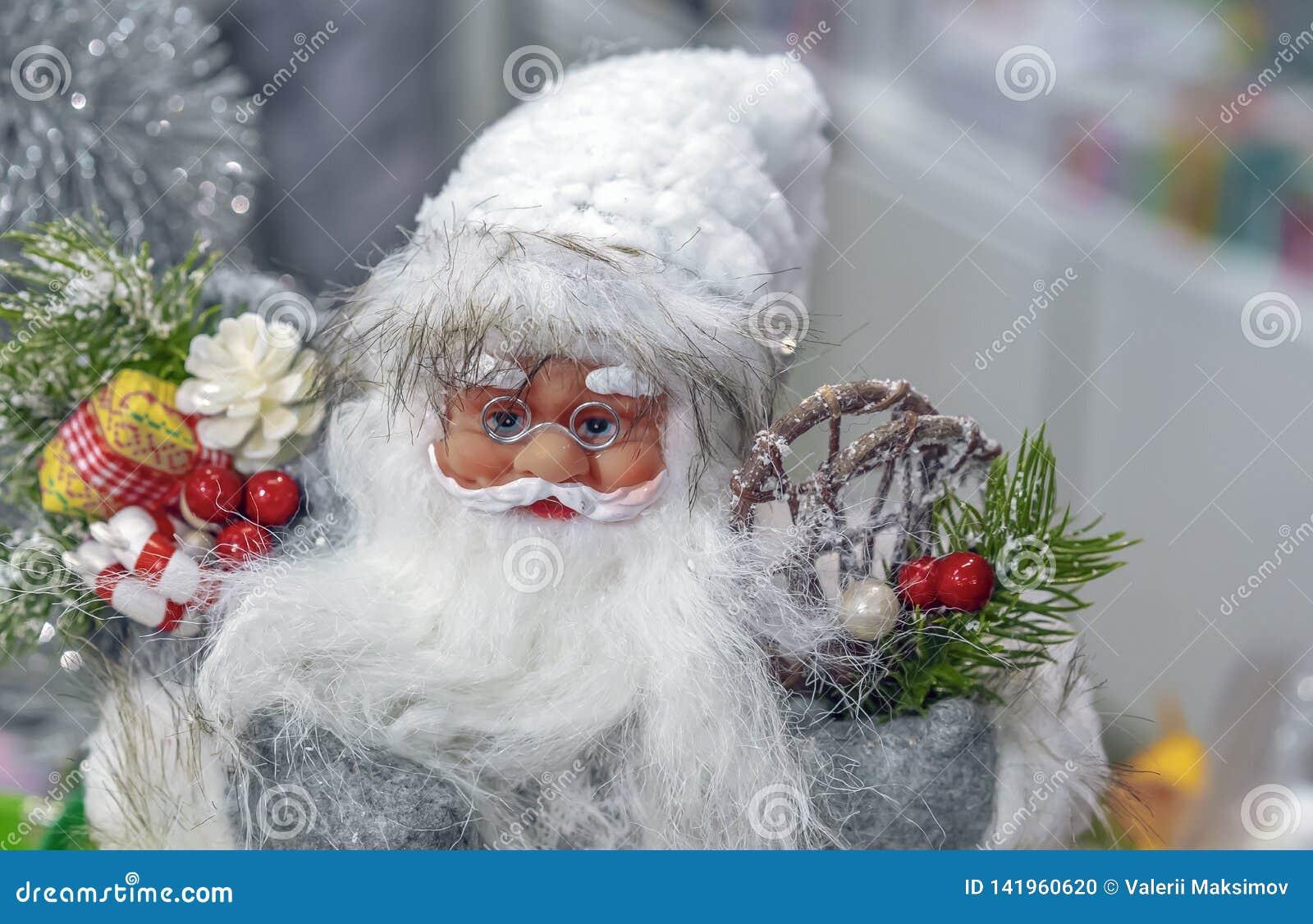 Игрушка Санта Клаус в магазине подарков и украшений рождества
