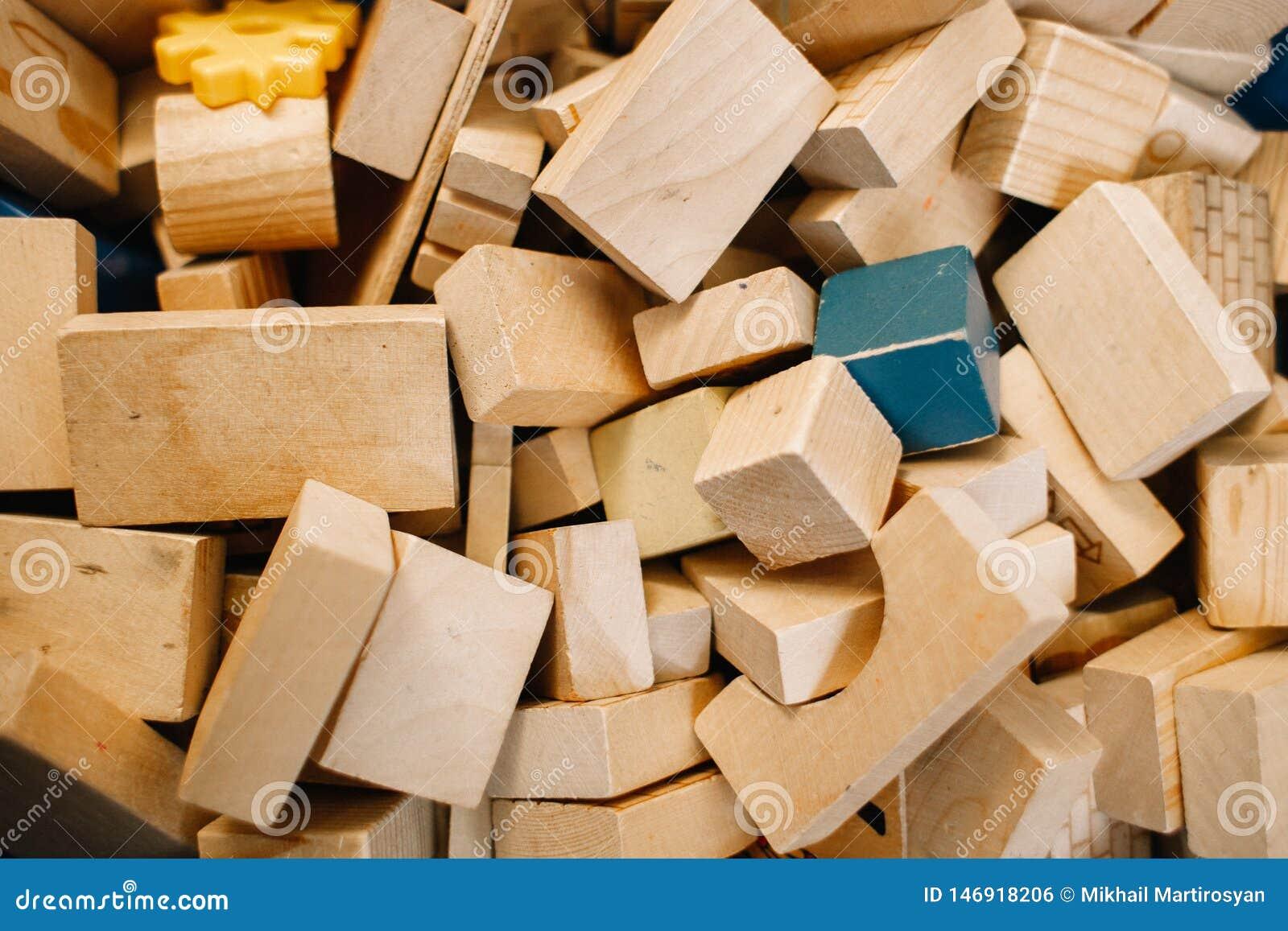 Игрушки в детском саде Хаотично разбросанные деревянные блоки