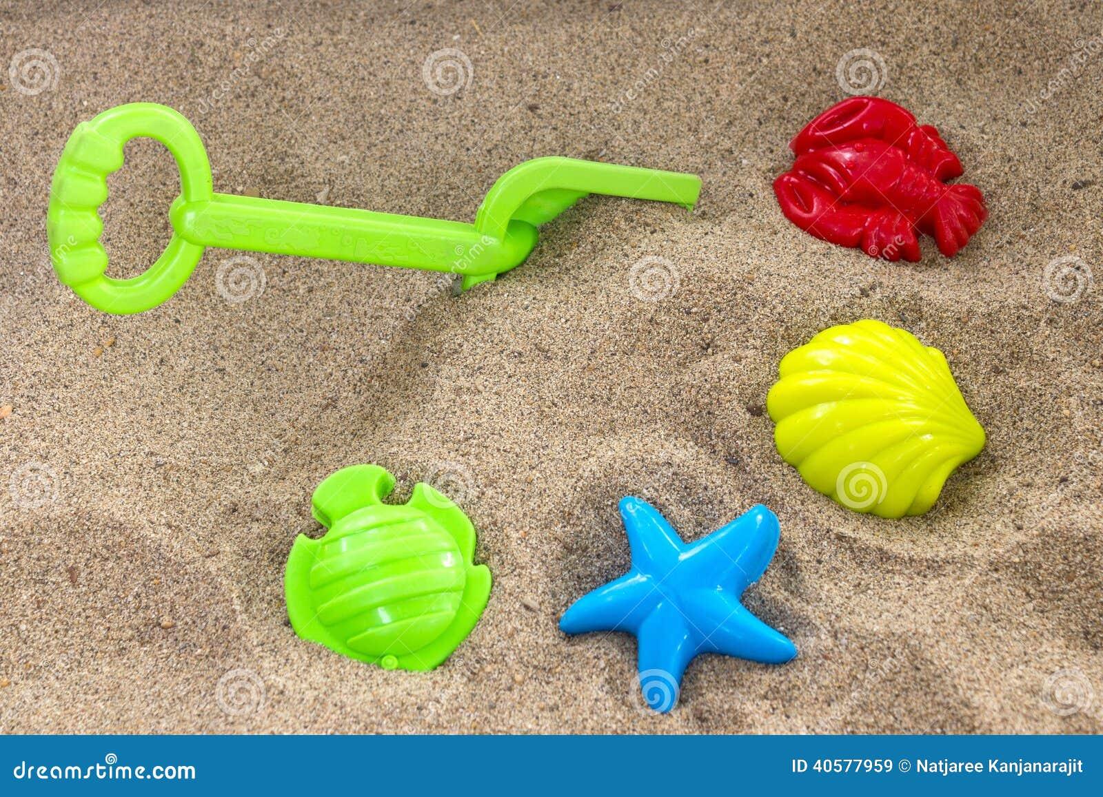 Игрушки детей на песке