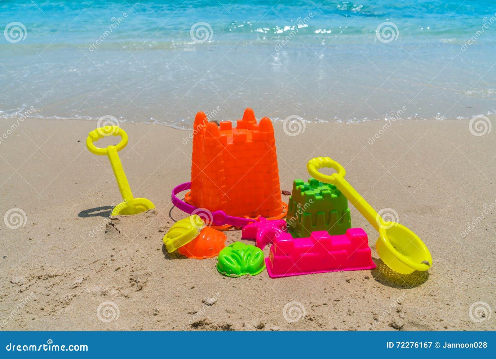 Download Игрушки пляжа на пляже моря Стоковое Изображение - изображение насчитывающей горизонтально, напольно: 72276167