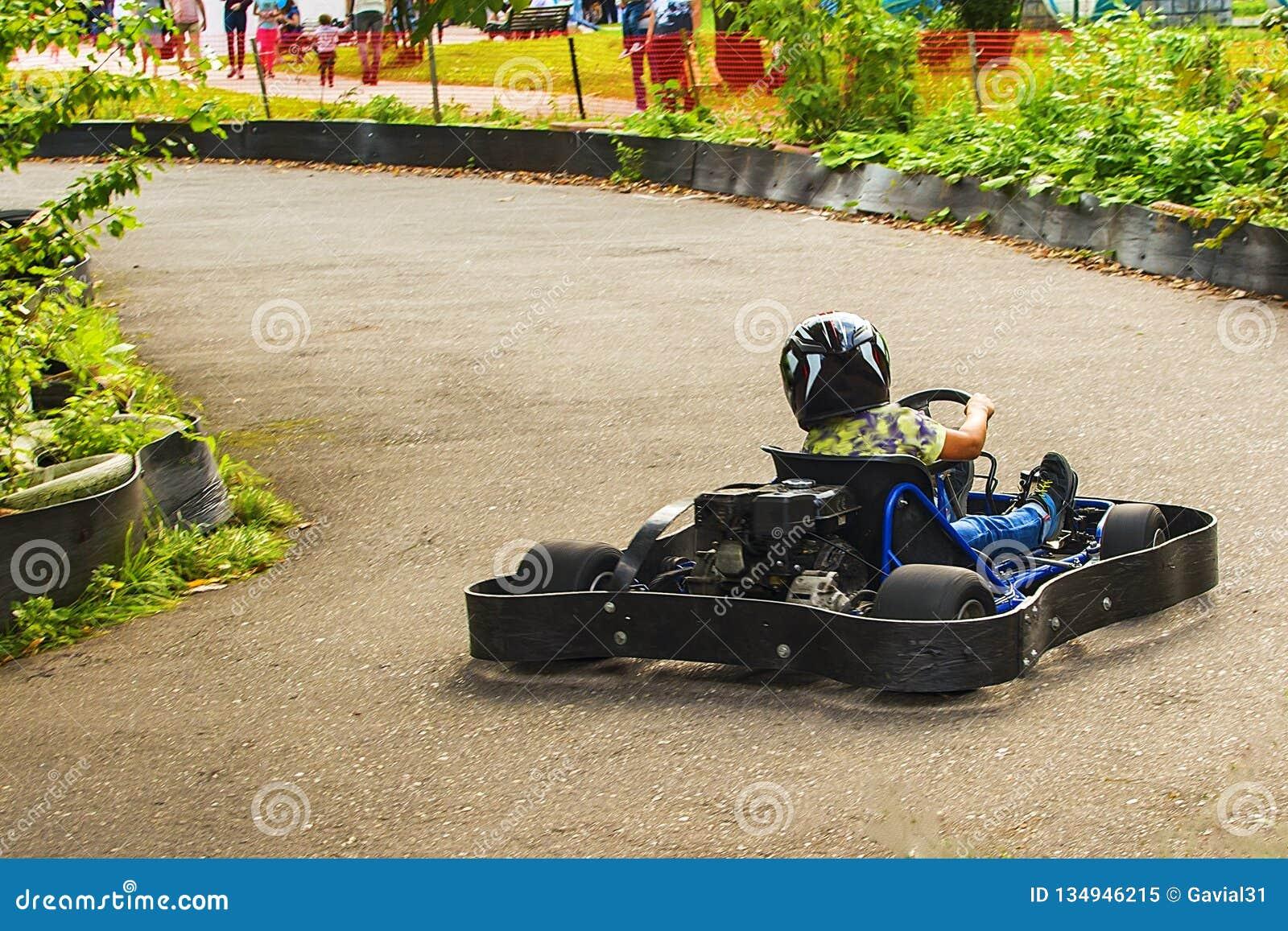 Идет гонщик Kart на дороге в природе