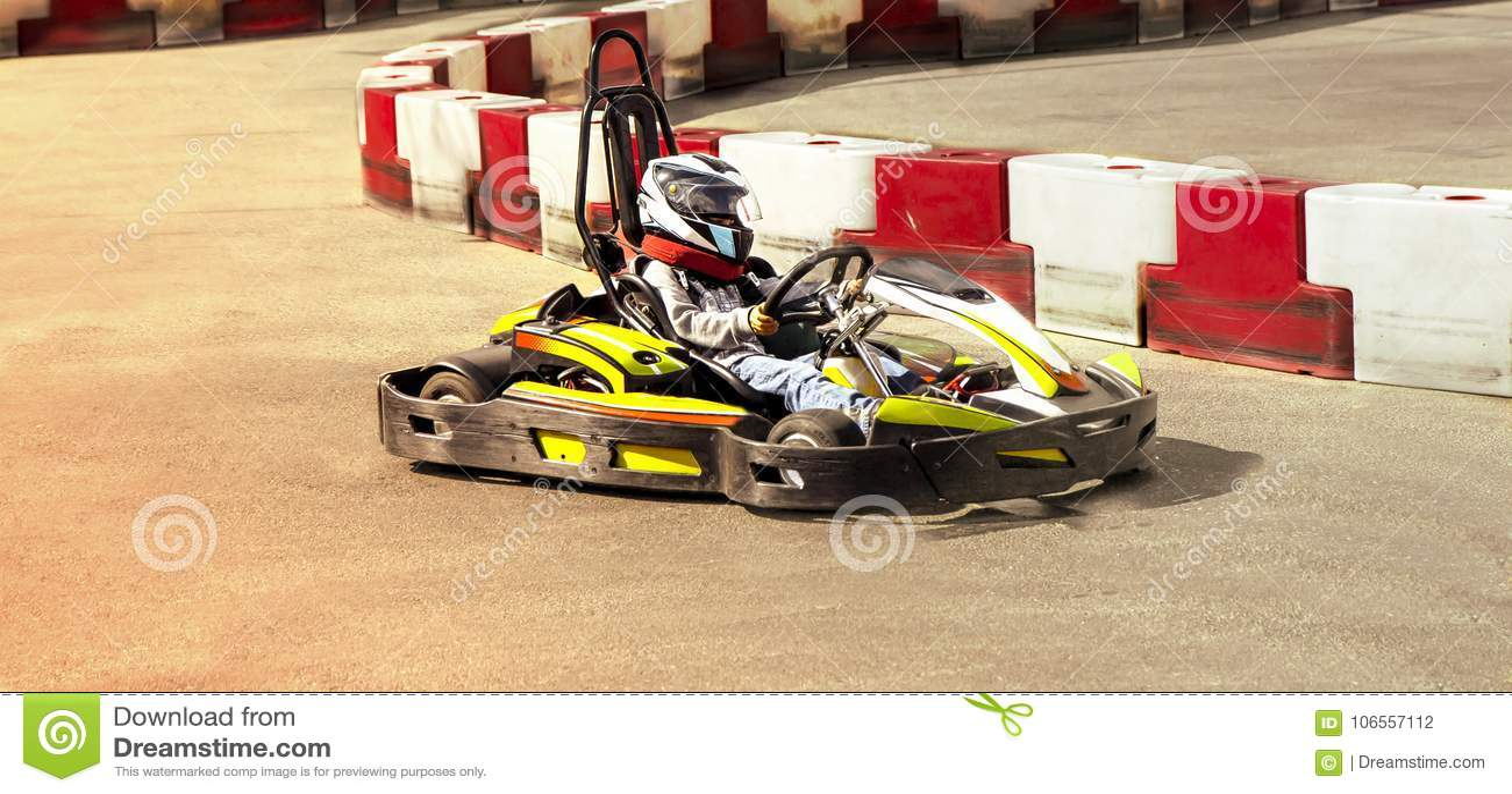 Идет kart, karting оппозиция гонки скорости соперничающая внешняя