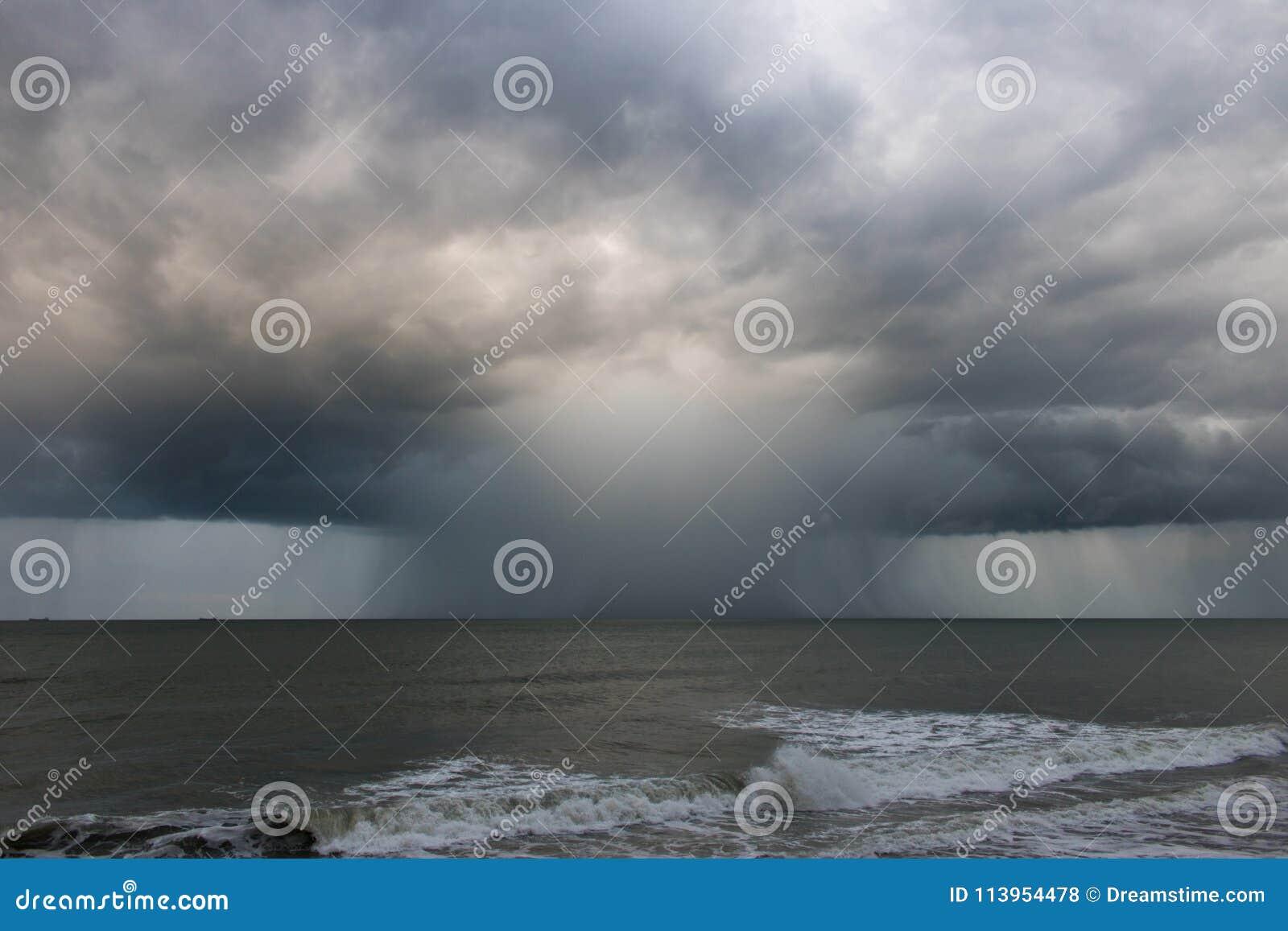 Идите дождь заполненная клетка шторма как часть урагана Хосе около город-сада, NC