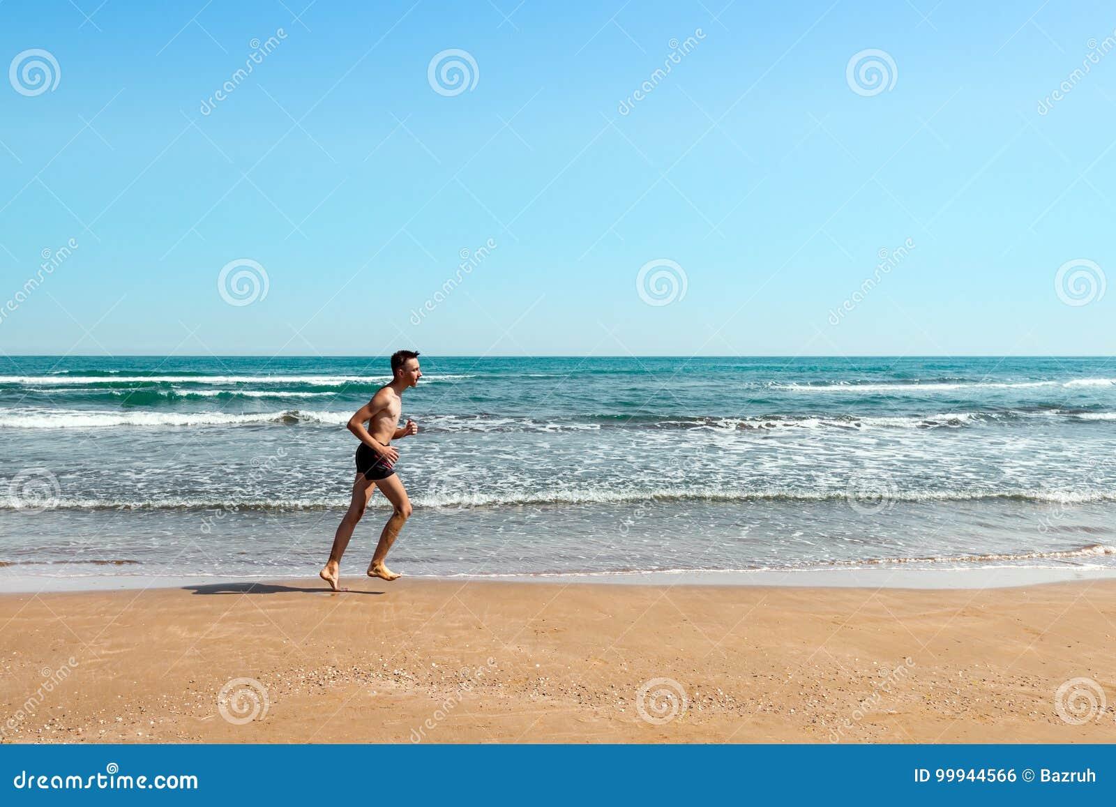 Идущий спортсмен на пляже