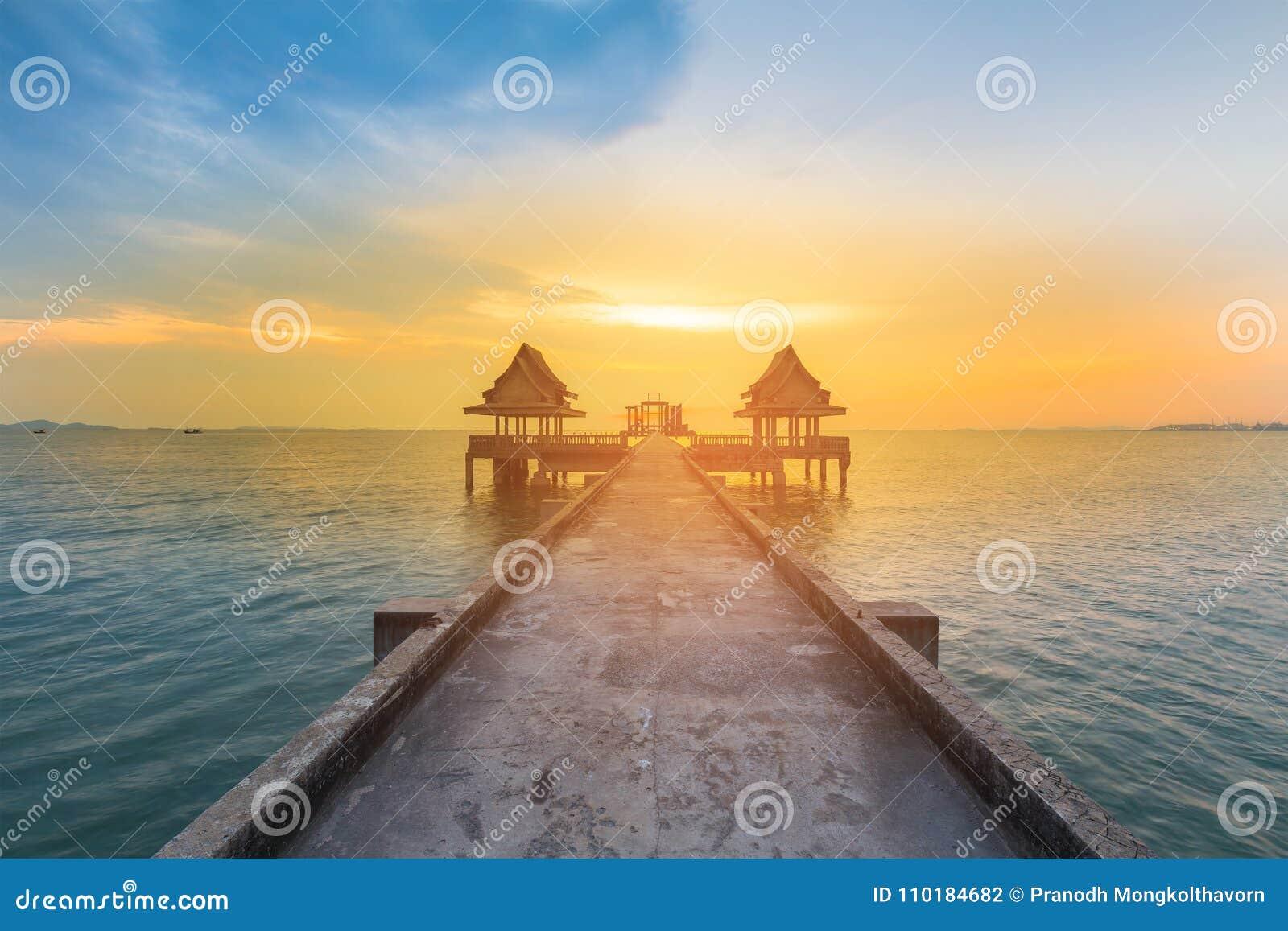 Идя путь водя к горизонту океана захода солнца