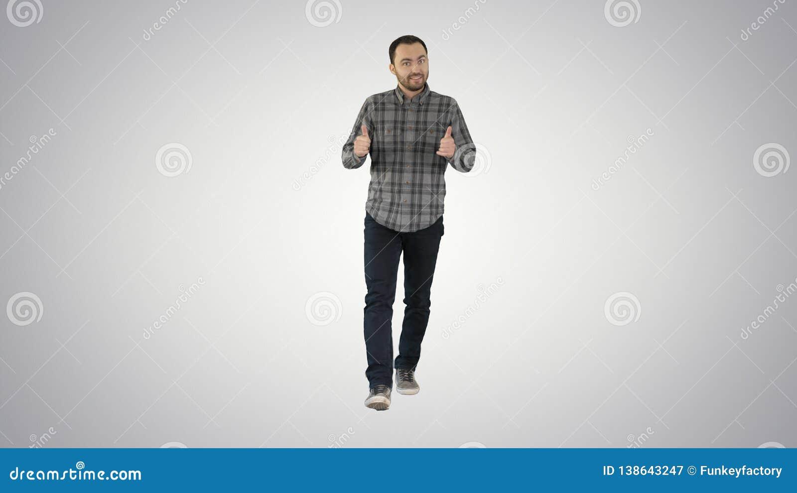 Идя человек указывая и объясняя что-то на предпосылке градиента