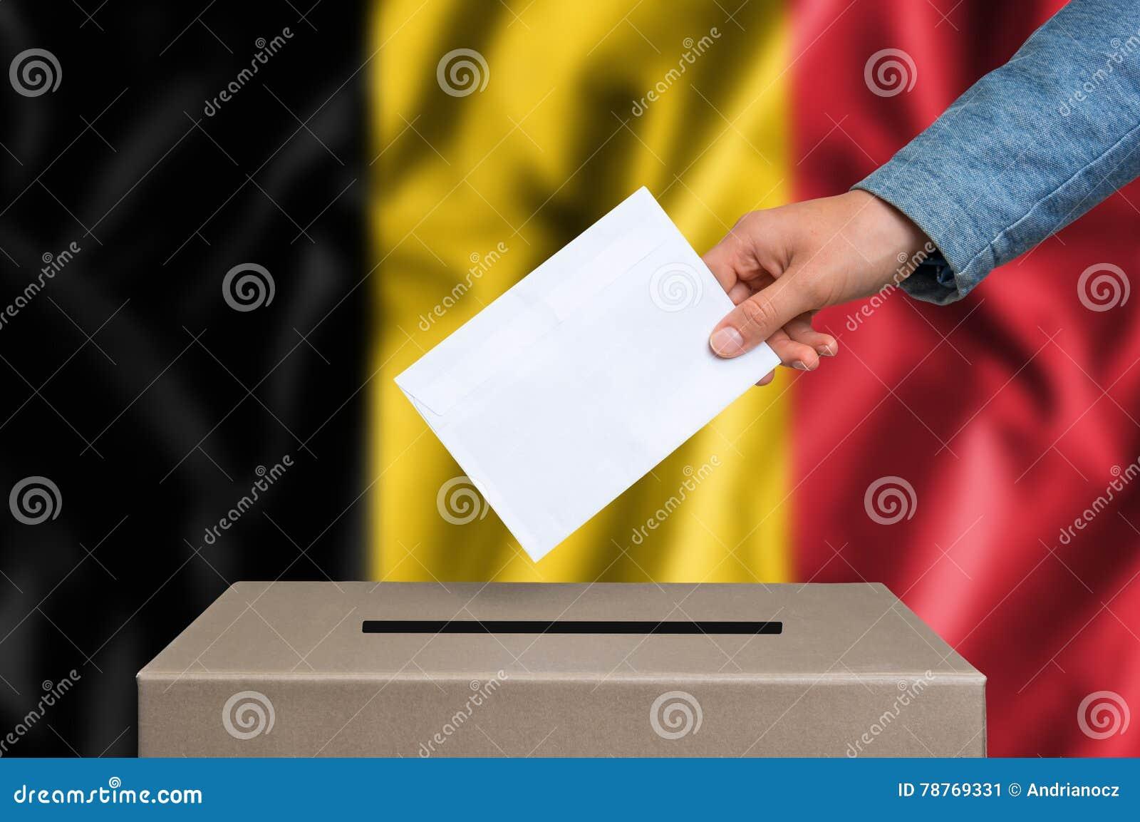 Избрание в Бельгии - голосующ на урне для избирательных бюллетеней