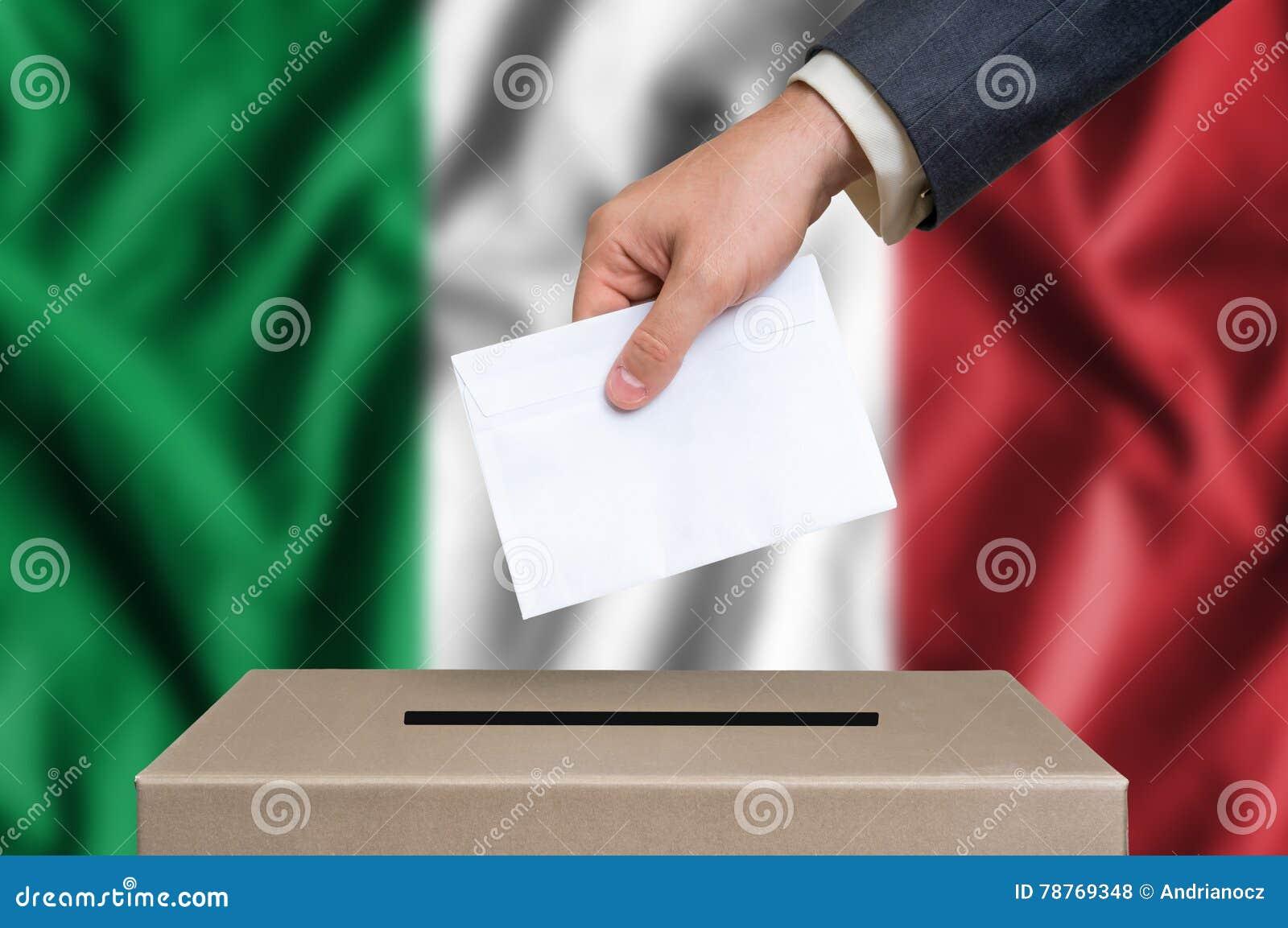 Избрание в Италии - голосующ на урне для избирательных бюллетеней