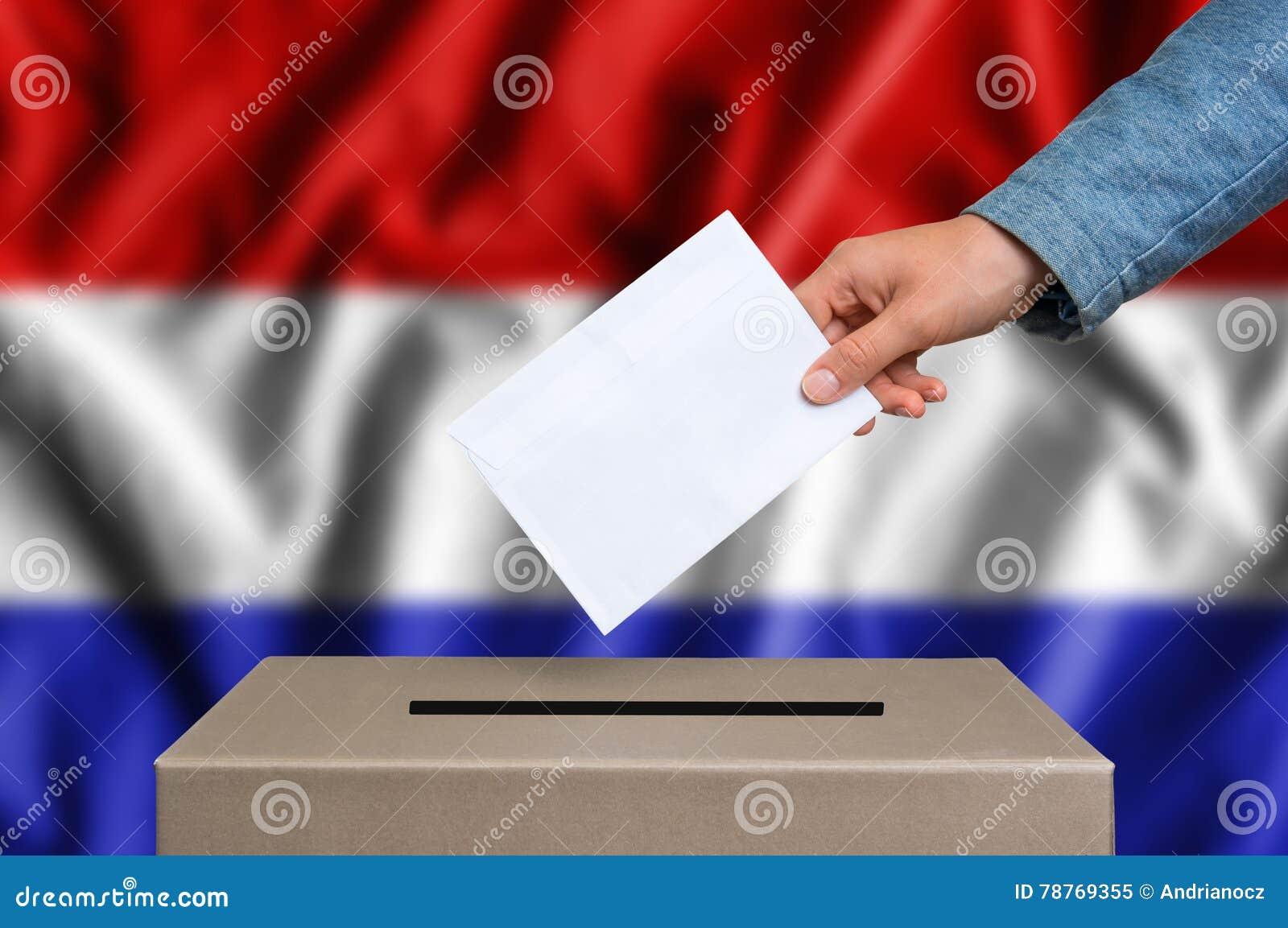 Избрание в Нидерландах - голосующ на урне для избирательных бюллетеней