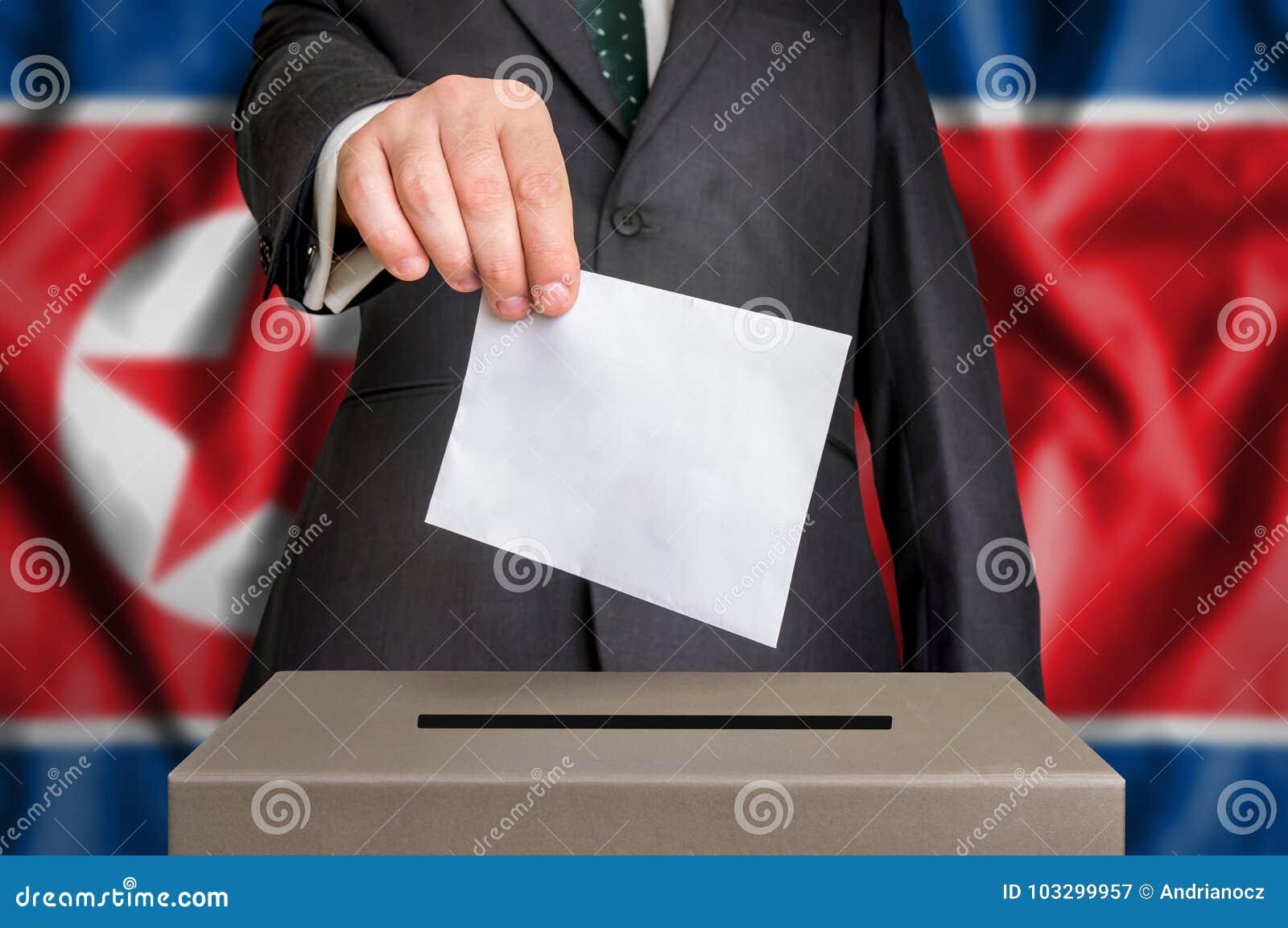 Избрание в Северной Корее - голосующ на урне для избирательных бюллетеней