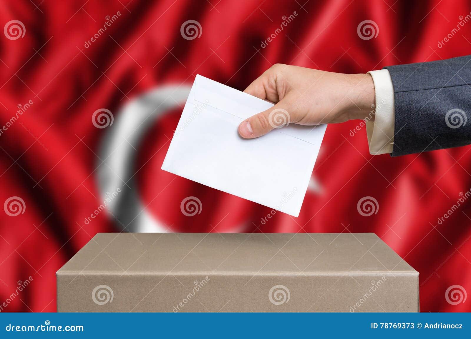 Избрание в Турции - голосующ на урне для избирательных бюллетеней