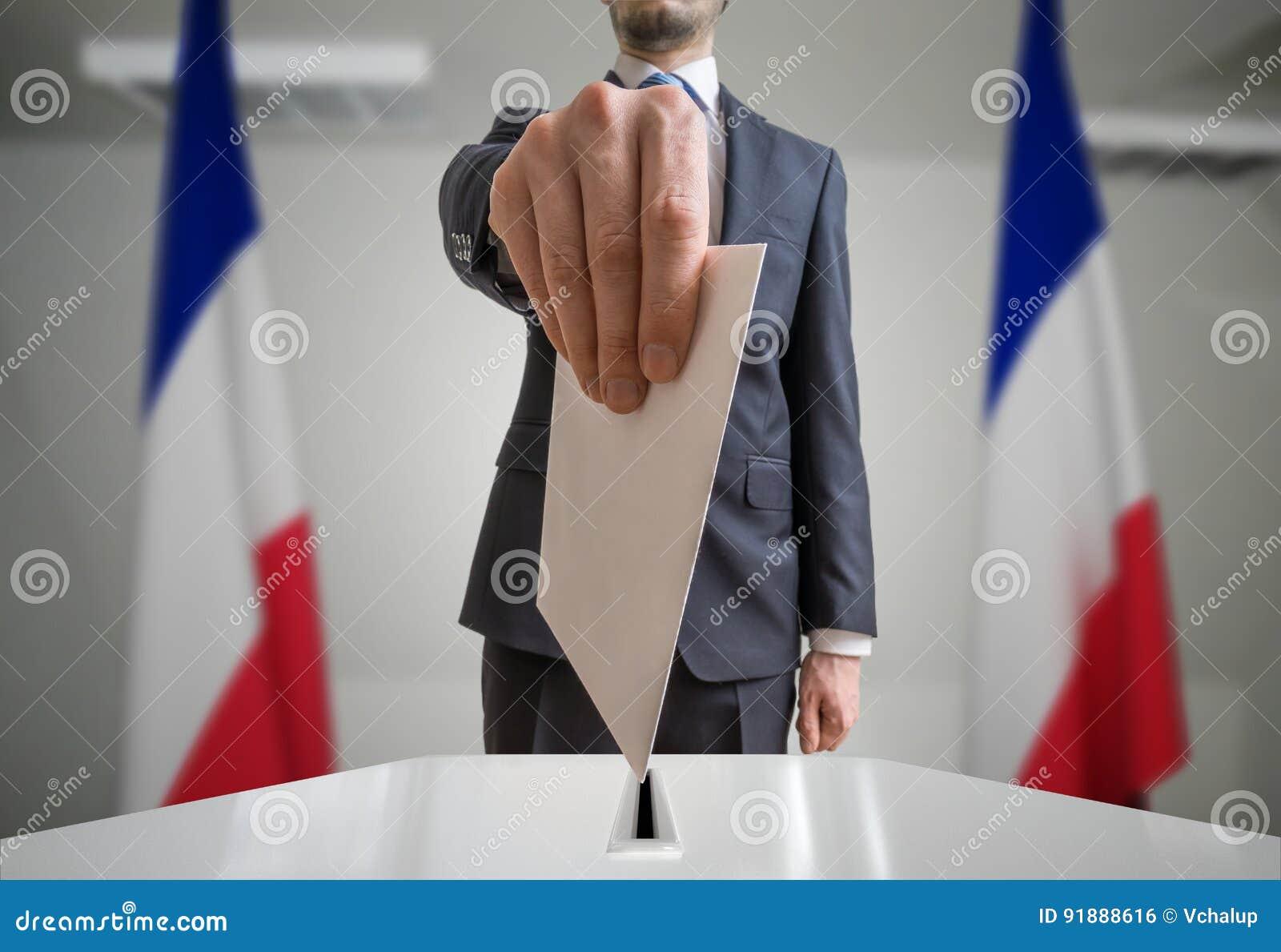 Избрание в Франции Избиратель держит конверт в руке над шариком голосования Широкоформатная съемка