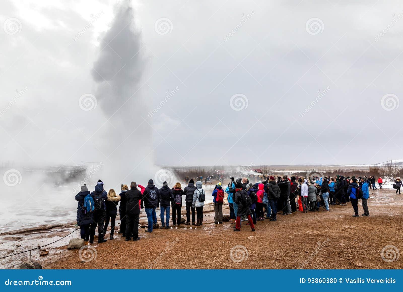 Извергать большого Geysir лежит в долине Haukadalur