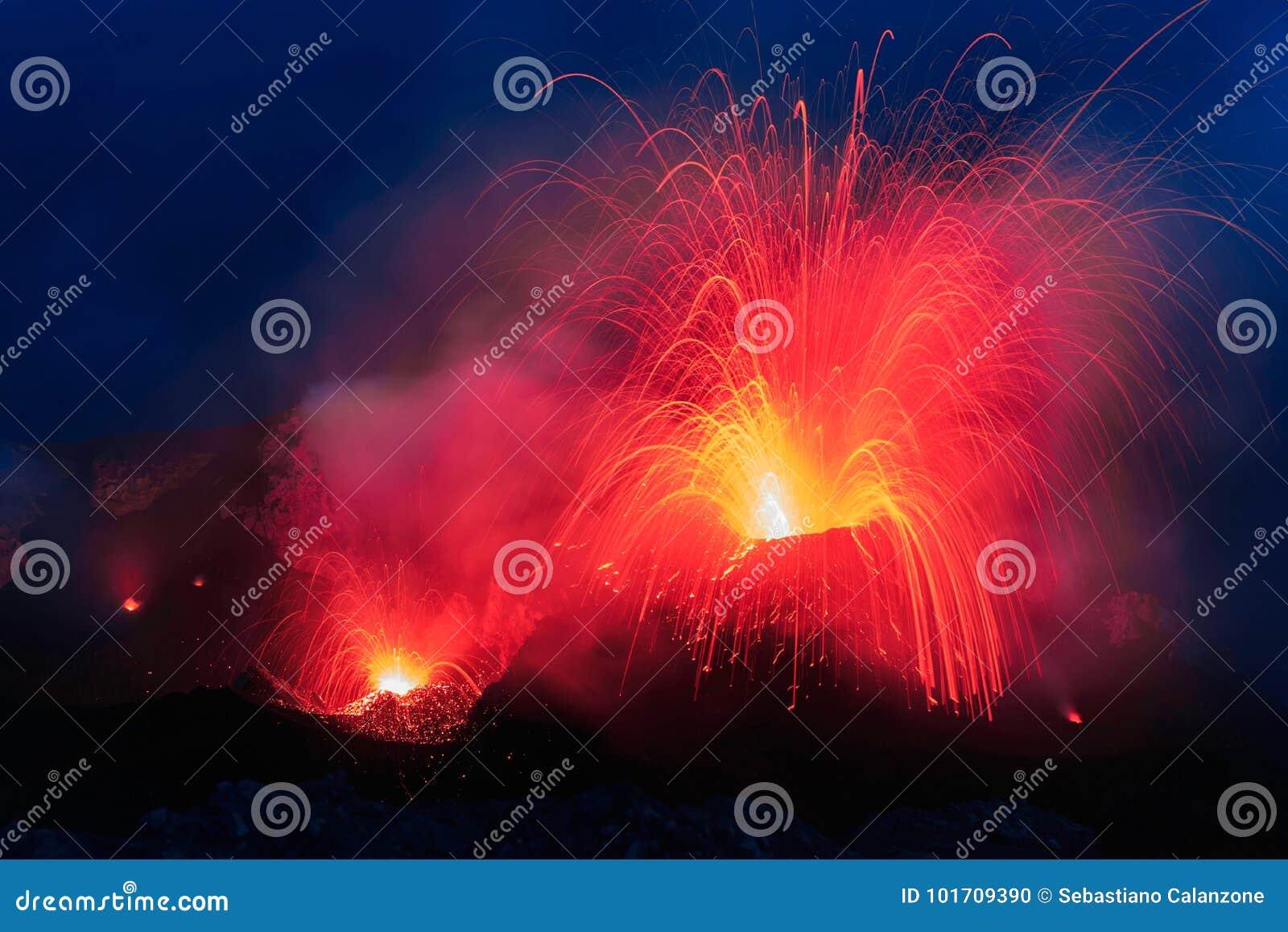Извержение Strombolian от вулкана Stromboli с лавой отстает взрыв