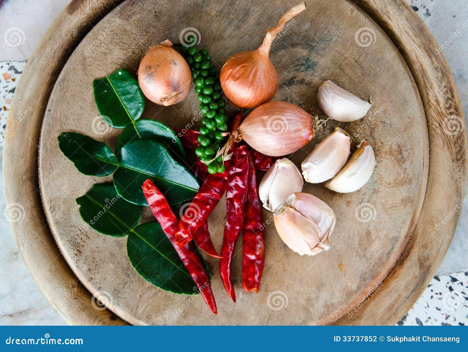 Известка Kaffir выходит, шалоты, чеснок, высушенный chili и перец.