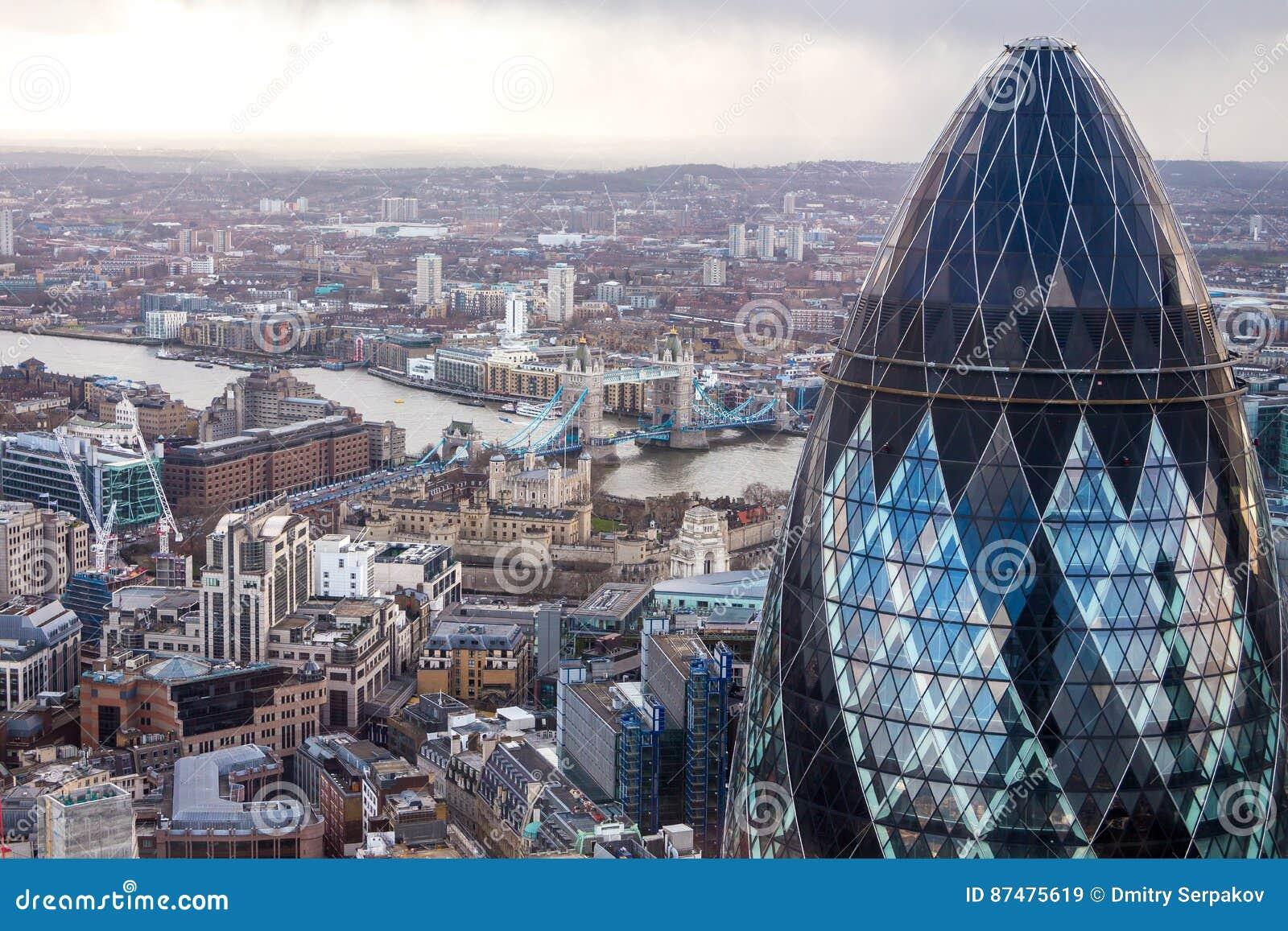Известная башня корнишона Лондона с мостом башни на предпосылке