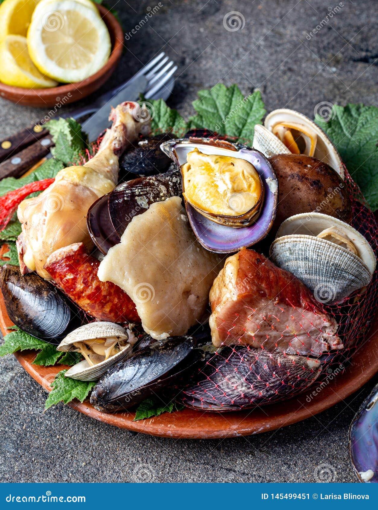 Известное традиционное блюдо юга Чили и архипелага Chiloe - al Hoyo Curanto, Kuranto Различные морепродукты