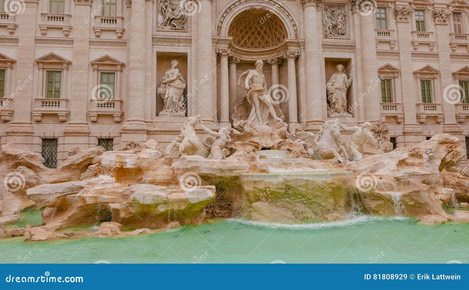 Известные фонтаны Trevi в Риме - огромной туристической достопримечательности