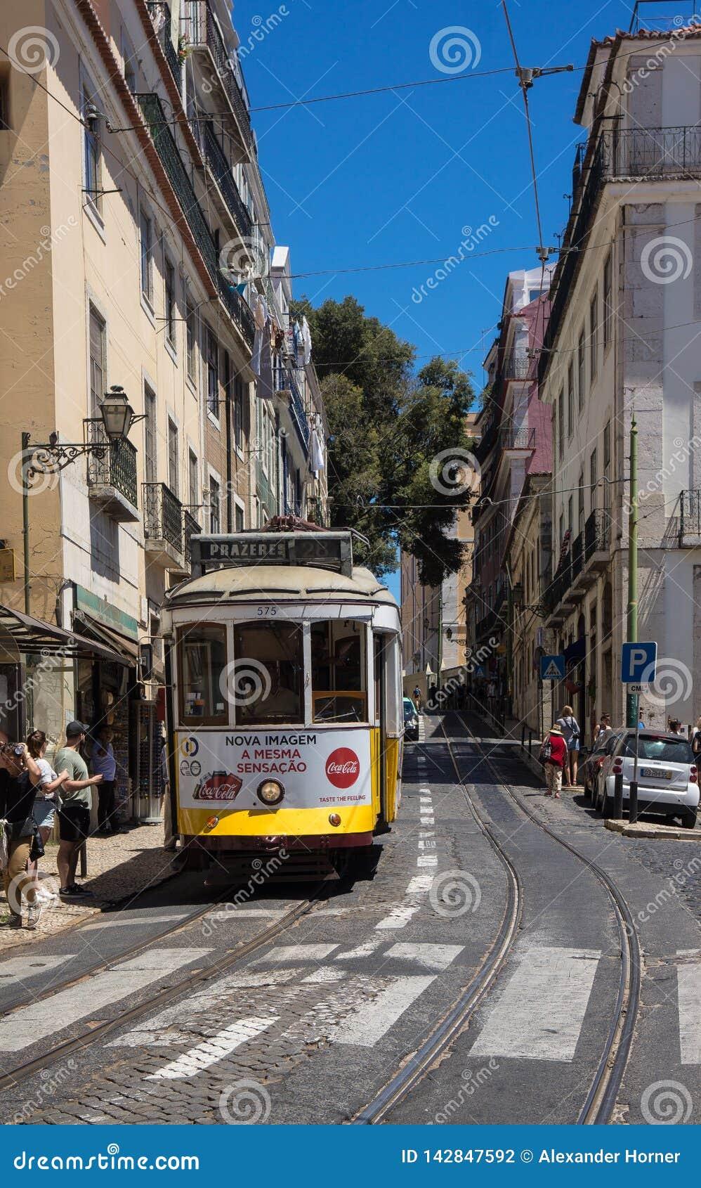 Известный желтый трамвай Лиссабона