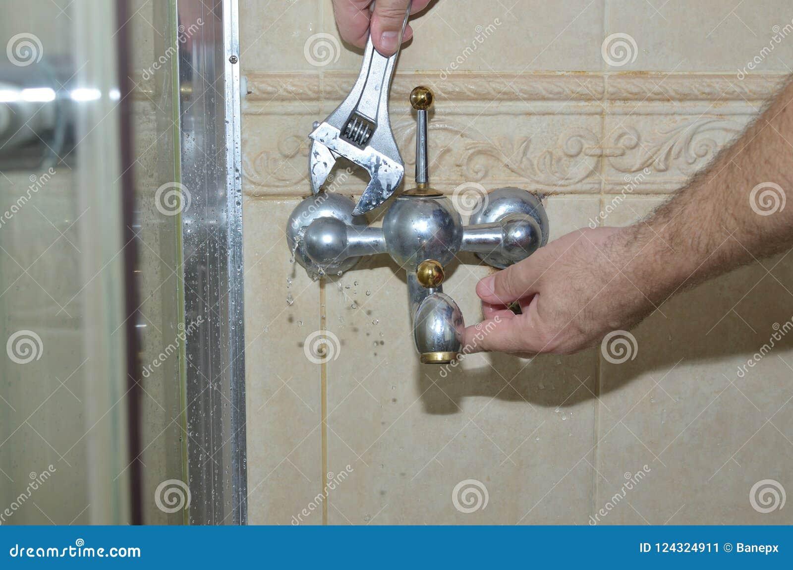 Извлекать старый faucet ванной комнаты