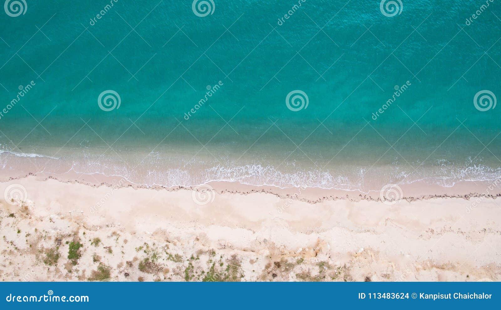 Изображение взгляд сверху воздушное от трутня сногсшибательного красивого пляжа ландшафта моря с водой бирюзы