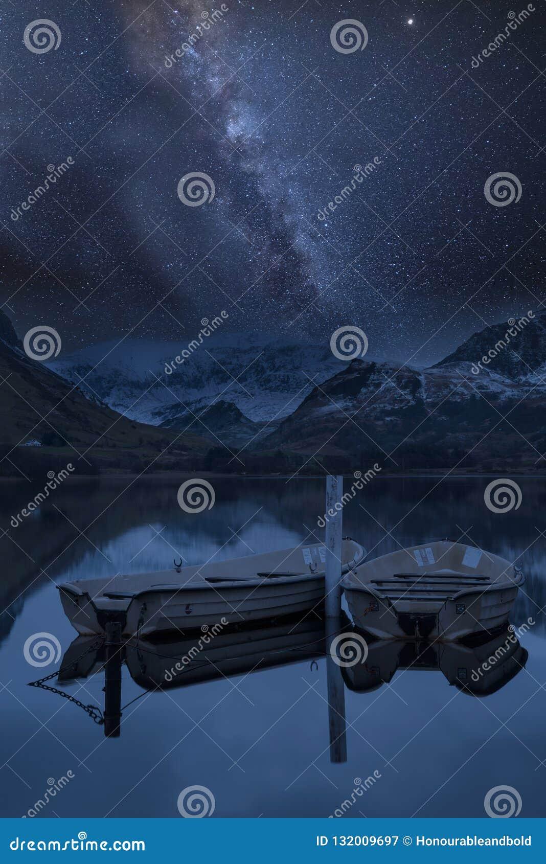 Изображение живого млечного пути составное над ландшафтом Llyn Nantlle
