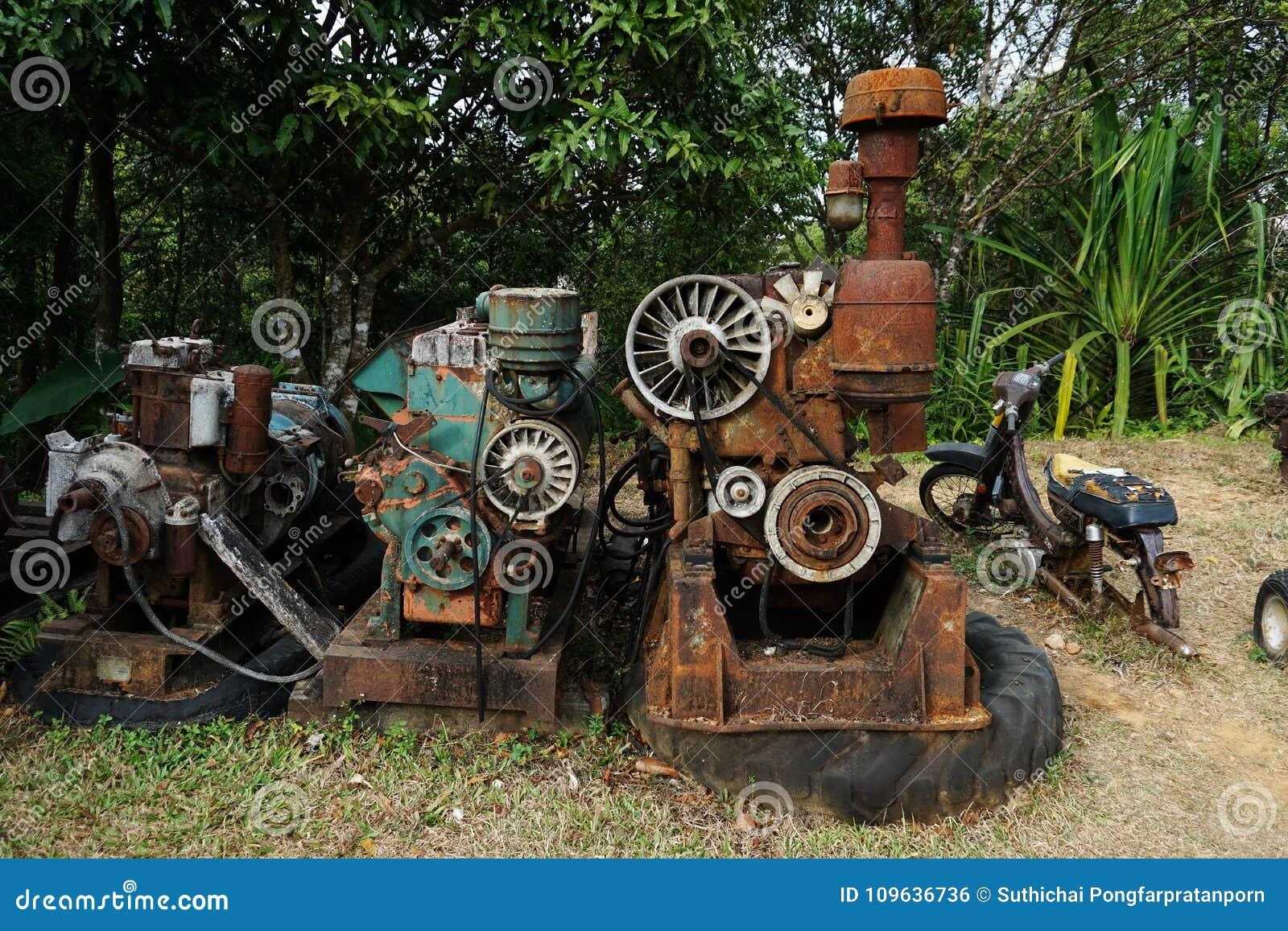 Изображение зерна: Закройте вверх старой фабрики машины сделанной из стали и использованной в прошлой сломанной и деревенской маш