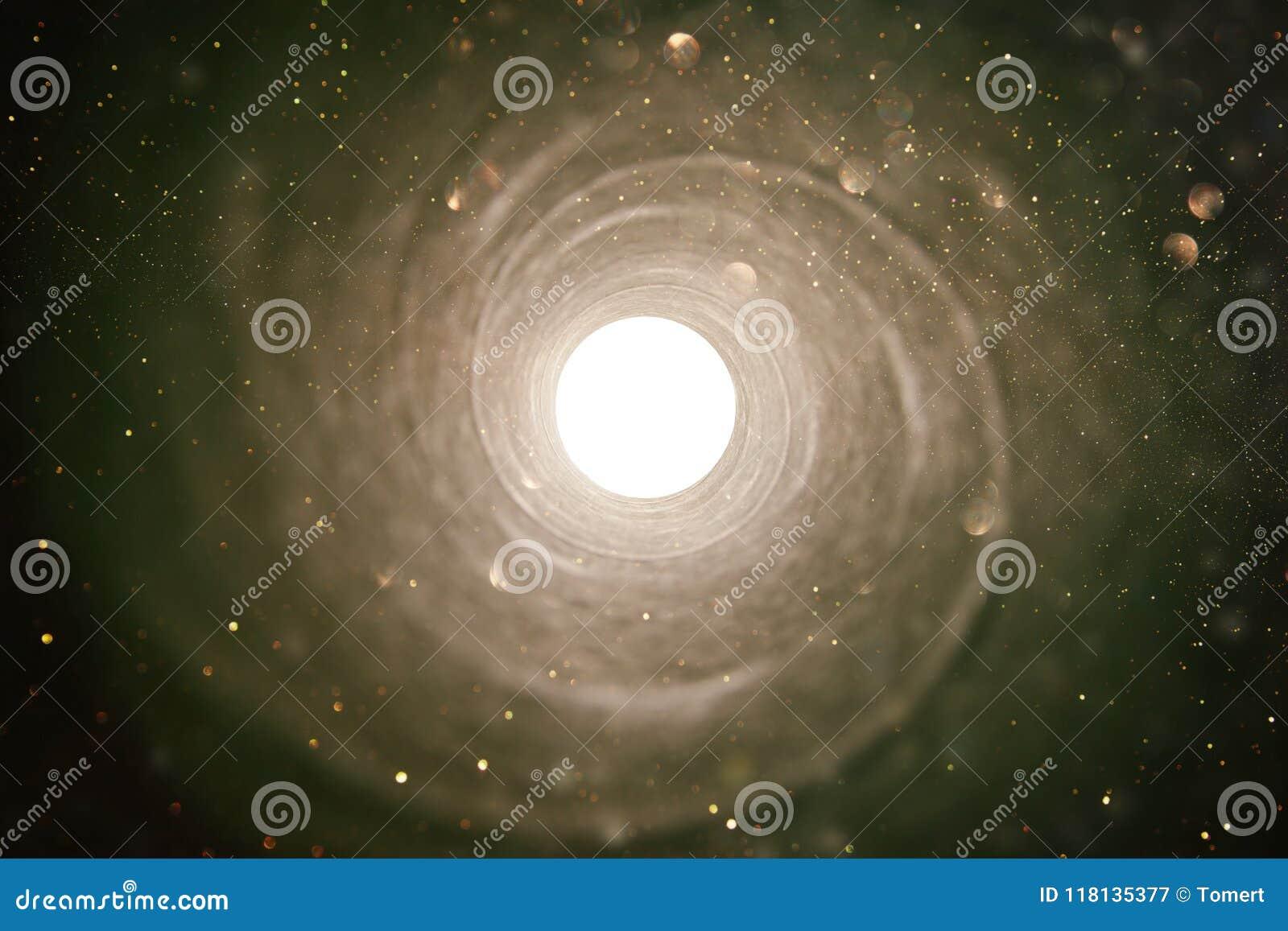 Изображение концепции видеть свет в конце тоннеля sci fi или тайна, винтажные тоны