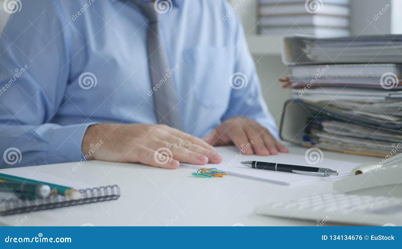 Изображение менеджера читая учитывая бумаги и фактуры