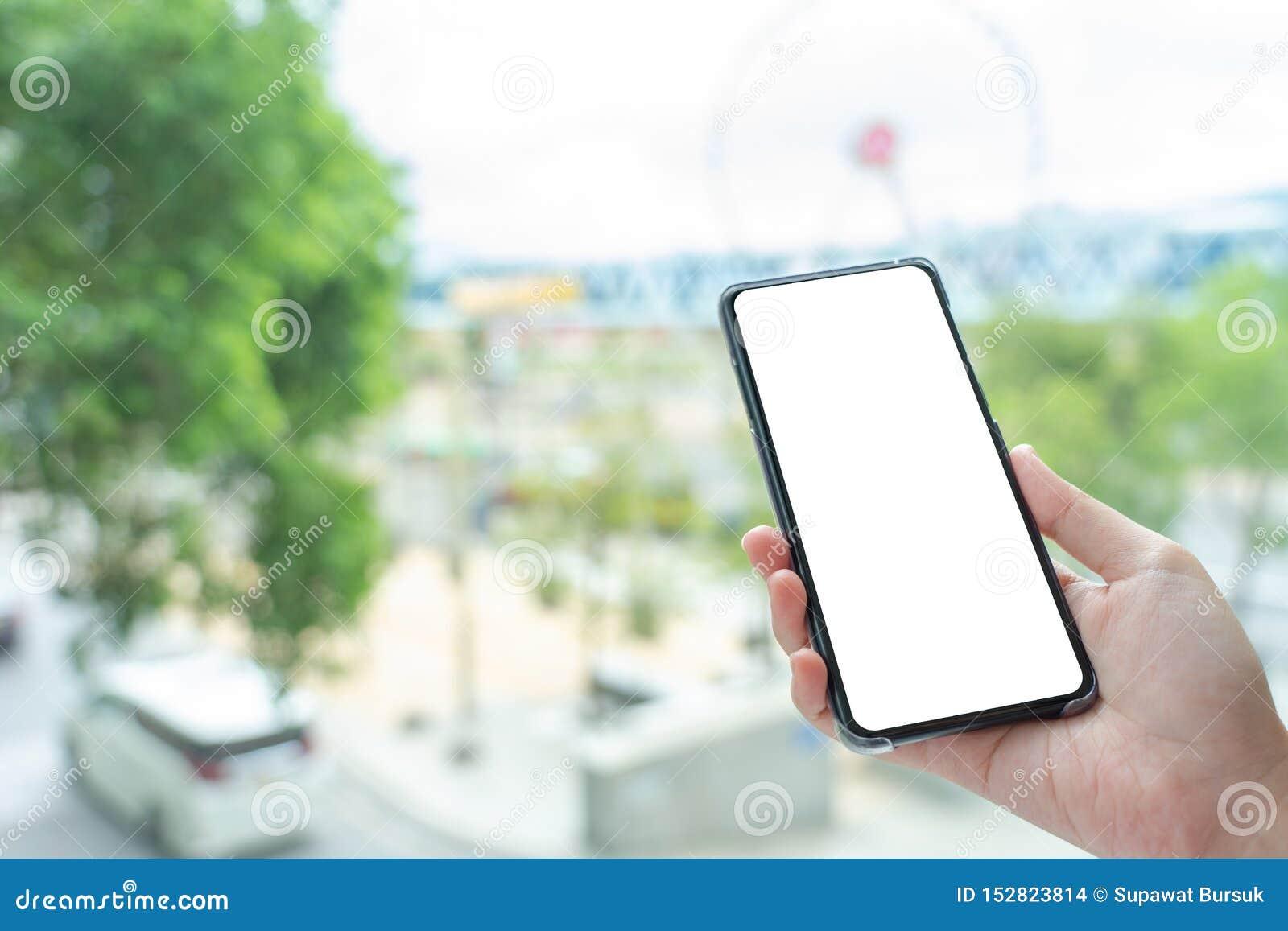 Изображение модель-макета руки женщины держа мобильными экран изолированный смартфонами белый для дизайна и других модель-макета