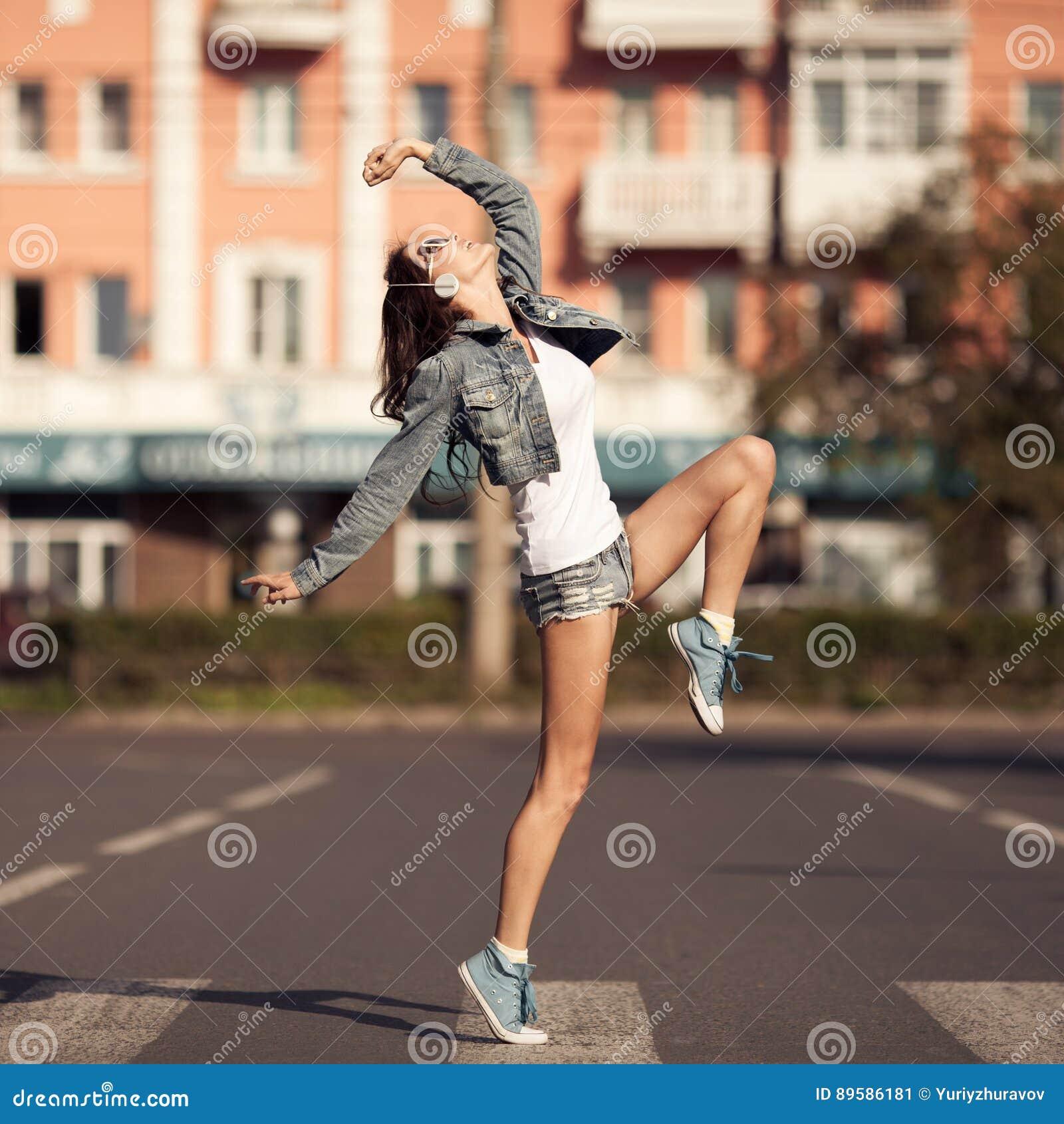 Изображение молодой счастливой женщины, слушая музыка и потеха иметь