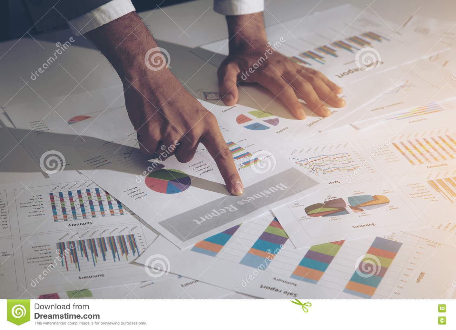 Изображение мужской руки указывая на документ бизнес-отчета