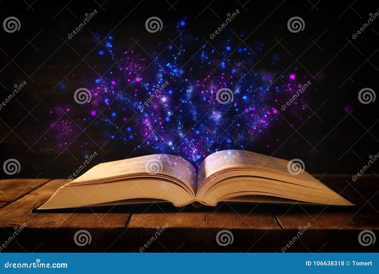 изображение открытой античной книги на деревянном столе с верхним слоем яркого блеска