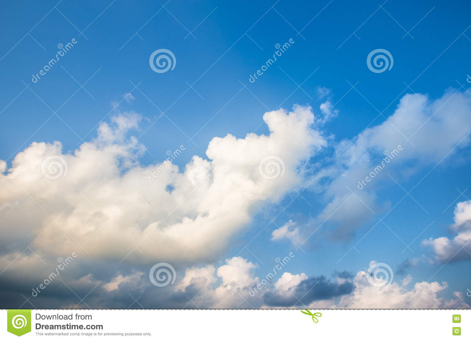 Изображение предпосылки пасмурного и голубого неба