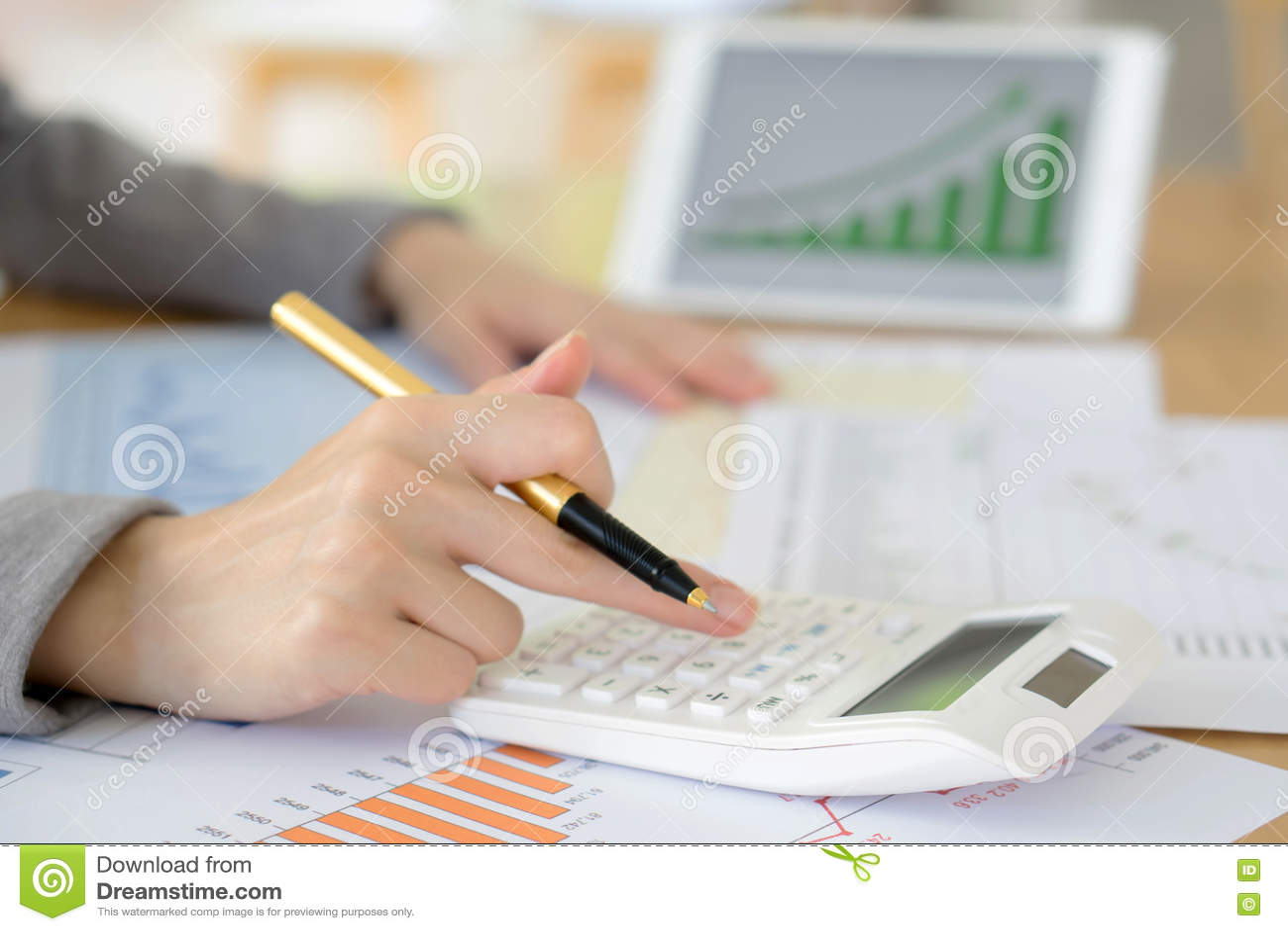 Изображение руки женщины с калькулятором и бумагами