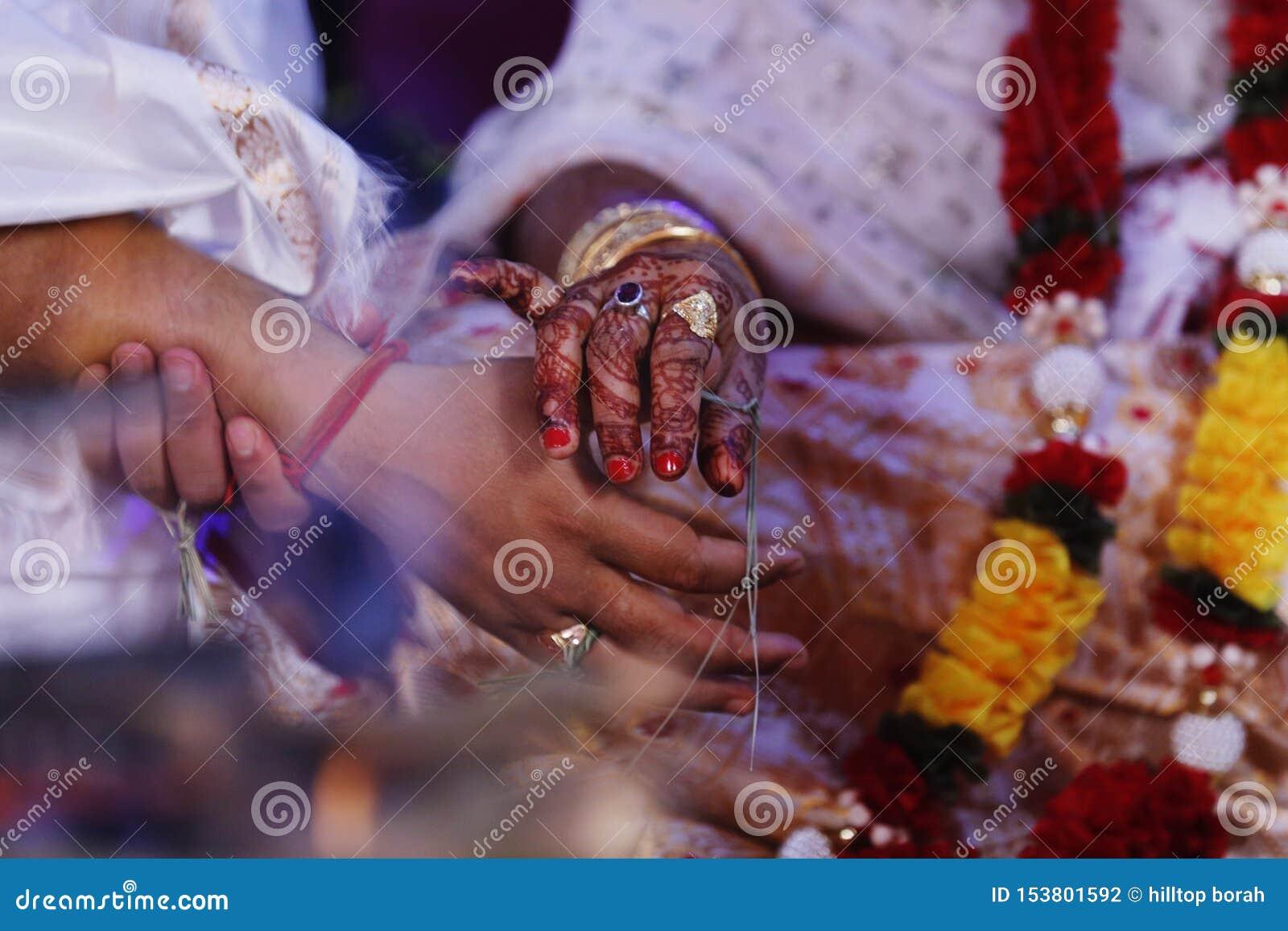 Изображения жениха и невеста на их свадьбе Выполнять ритуалы вероисповедания